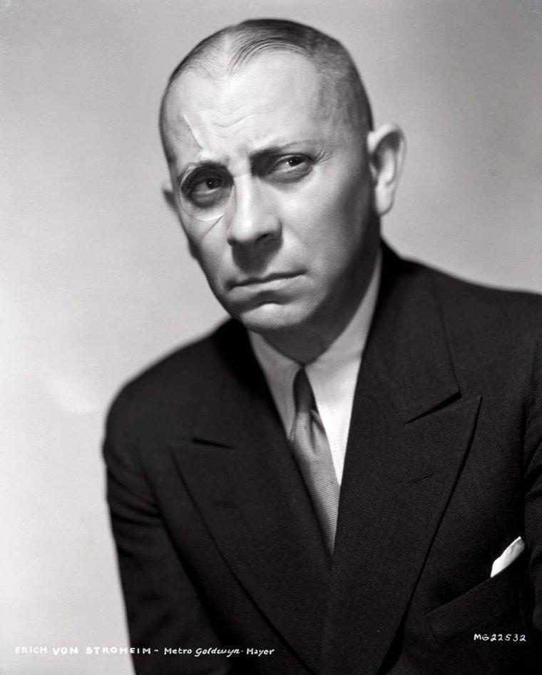"""Eric Oswald STROHEIM, dit Erich Von STROHEIM, est un acteur, scénariste,réalisateur et écrivain américain d'origine austro-hongroise, né le 22 septembre 1885 à Vienne (Autriche) et mort le 12 mai 1957 à Maurepas (France). Il fut un des réalisateurs les plus ambitieux de l'époque du cinéma muet (""""Queen Kelly"""", """"Folies de femmes"""", """"Les Rapaces"""", etc...). Jugés extravagants et souvent mutilés par les producteurs, ses films ont depuis été reconsidérés par la critique. Partageant sa carrière entre les États-Unis et la France, c'est cependant en tant qu'acteur qu'il demeure dans les mémoires notamment pour ses interprétations d'un officier allemand dans """"La Grande Illusion"""" de Jean RENOIR (1937) ou d'un metteur en scène déchu dans """"Boulevard du crépuscule"""" de Billy WILDER (1950)."""