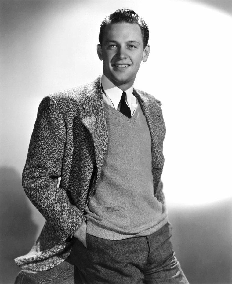 """William HOLDEN, de son vrai nom William Franklin BEEDLE Jr., est un acteur américain né le 17 avril 1918 à O'Fallon dans l'Illinois (États-Unis) et mort le 16 novembre 1981 à Santa Monica en Californie (États-Unis). Il fut l'une des plus grandes stars de Hollywood dans les années 50 et 60, alternant les rôles marquants dans des films devenus des classiques, parmi lesquels """"Boulevard du crépuscule"""", """"Stalag 17"""", """"Sabrina"""", """"Le Pont de la rivière Kwaï"""", """"Les Ponts de Tokori"""" ou """"La Horde sauvage"""". Il tourna avec les plus grandes stars de l'époque, John WAYNE, Alec GUINNESS, Humphrey BOGART, Peter SELLERS, Gloria SWANSON, Audrey HEPBURN, Grace KELLY, Deborah KERR ou encore Barbara STANWYCK. Séducteur à la beauté frappante et au physique athlétique, il fut un acteur emblématique de cette faste période de Hollywood. Il est classé par """"l'American Film Institute"""" (AFI) 25ème Star de Légende."""