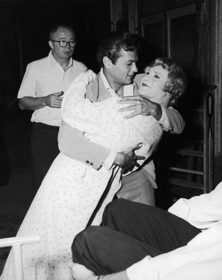 """Billy WILDER est un réalisateur, producteur et scénariste américain de films noirs et de comédies. De son vrai nom Samuel WILDER, il est né à Sucha (actuelle Pologne, à l'époque possession de l'empire austro-hongrois en Galicie), le 22 juin 1906 et est mort d'une pneumonie à Beverly Hills, en Californie (États-Unis) le 27 mars 2002. Billy WILDER est l'une des figures les plus importantes du cinéma américain. Quatre de ses films sont présents dans le Top 100 de """"l'American Film Institute"""", comme pour Alfred HITCHCOCK et Stanley KUBRICK. Il a dirigé quatorze acteurs différents ayant été nommés pour leur performance aux Oscars. Dans le classement du magazine """"Sight & Sound"""", il figure à la septième place des plus grands réalisateurs. Billy WILDER a obtenu l'AFI (Life Achievement Award) en 1986, prix remis par """"l'American Film Institute"""" une fois par an à un acteur ou un réalisateur ayant accompli une carrière remarquable. (photos de Billy WILDER et quelques STARS qu'il dirigea, telles Gloria SWANSON, Marlene DIETRICH, Audrey HEPBURN, Tony CURTIS et Jack LEMMON, Marilyn MONROE ou encore Shirley MacLAINE)."""
