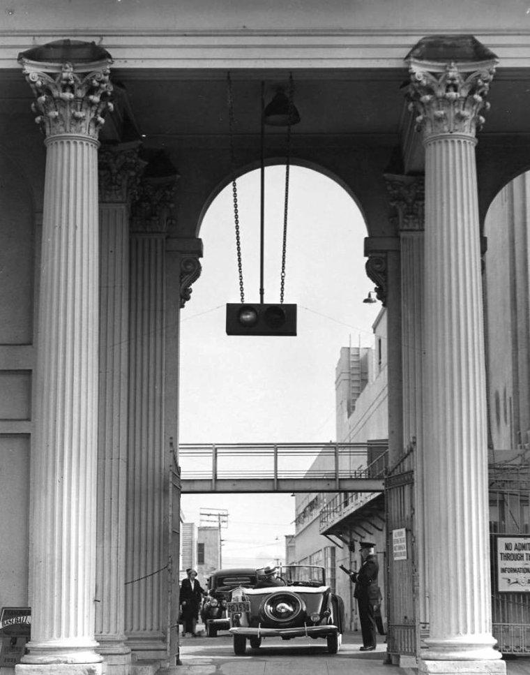 """STUDIO / Metro-Goldwyn-Mayer Inc. (ou MGM) est l'une des plus grandes sociétés de production et de distribution pour le cinéma et la télévision. Son siège social se situe à Los Angeles, aux États-Unis. Ses principales filiales sont MGM Pictures et United Artists. La MGM fut créée en 1924 par la fusion de trois sociétés : Metro Pictures Corporation (créée en 1915), Goldwyn Pictures Corporation (créée en 1917) et Louis B. MAYER Pictures (créée en 1918). Le premier propriétaire de la MGM fut Marcus LOEW (1870-1927), l'un des principaux exploitants de salles de cinéma américains. Il plaça Louis B. MAYER à la direction du studio et nomma Irving THALBERG responsable de la partie production. Le studio pris pour devise """"Ars Gratia Artis"""" (L'art est la récompense de l'art) et pour emblème le lion « Leo » en 1928. Peu après la fusion, suite à la mort de LOEW, son associé Nicholas SCHENCK prit le contrôle du studio. SCHENCK essaya alors en vain de revendre la compagnie à la 20th Century Fox, ce qui créa de fortes tensions avec MAYER. Dans les années 1930, toujours sous la direction de MAYER et THALBERG, MGM devint la plus grande société de production d'Hollywood. Elle produisit de nombreux classiques, parmi lesquels """"Grand Hotel"""" ou la série des """"Tarzan"""" et fit de Greta GARBO et de Joan CRAWFORD des stars. Suite à de fréquentes altercations avec MAYER et SCHENCK, THALBERG fut rétrogradé en 1932. MAYER engagea alors des producteurs indépendants tels que David O. SELZNICK pour prendre en charge l'aspect créatif de la société. À la mort de THALBERG en 1936, MAYER se retrouva avec les pleins pouvoirs et engagea la production de nombreux films commerciaux. Entre 1936 et le début de la Seconde Guerre mondiale, MGM produisit entre autres """"Autant en emporte le vent"""" et """"Le Magicien d'Oz"""". À partir de 1941, MGM soutint l'effort de guerre. De nombreuses stars de la firme aidèrent à vendre des coupons, d'autres (James STEWART et Clark GABLE par exemple) s'engagèrent. C'est à cette périod"""