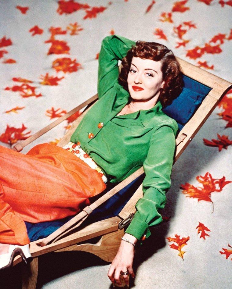 Ruth Elizabeth DAVIS (née le 5 avril 1908 à Lowell, Massachusetts, États-Unis et décédée le 6 octobre 1989 à Neuilly-sur-Seine, France), plus connue sous le nom de Bette DAVIS, est une actrice américaine de cinéma, renommée pour sa forte personnalité et son talent artistique étalé sur une carrière longue de six décennies et composée de plus d'une centaine de films.