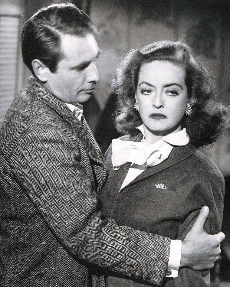 """Gary F. MERRILL est un acteur américain né le 2 août 1915 et décédé le 5 mars 1990 dans sa maison du Maine des suites d'un cancer, à l'âge de 74 ans. Gary MERRILL était originaire de Hartford dans le Connecticut, avait suivi des cours d'art dramatique à Broadway avant de faire ses débuts sur scène en 1937 dans la pièce """"The Eternal Road"""". Il fit la connaissance de Bette DAVIS pendant le tournage de """"Ève"""", et l'épousa peu de temps après. Le couple adopta deux enfants et divorça en 1960."""