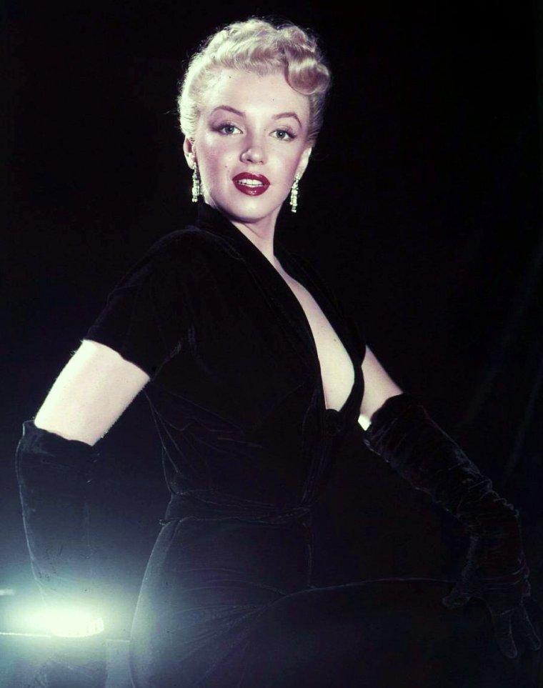 """Marilyn MONROE, de son vrai nom Norma Jeane MORTENSON ou Norma Jeane BAKER comme indiqué sur son certificat de baptême, est une actrice et chanteuse américaine née le 1er juin 1926 à Los Angeles (Californie) et morte le 5 août 1962 dans la même ville. Elle se destine initialement au mannequinat avant d'être repérée par Howard HUGHES et de signer son premier contrat avec la 20th Century Fox en 1947. Au début des années 1950, elle accède au statut de star hollywoodienne et à celui de sex-symbol. Ses grands succès incluent """"Les hommes préfèrent les blondes"""", """"Sept ans de réflexion"""" ou encore """"Certains l'aiment chaud"""" qui lui vaut le Golden Globe de la meilleure actrice dans une comédie en 1960. En dépit de son immense notoriété, sa vie privée est un échec et sa carrière la laissera insatisfaite. Les causes de sa mort demeurent l'objet de vives spéculations : suicide, surdose de barbituriques ou assassinat politique. En 1999, """"l'American Film Institute"""" l'a distinguée comme la sixième plus grande actrice américaine de tous les temps dans le classement AFI's 100 Years… 100 Stars. (photos de Marilyn en 1950 dont photos publicitaires pour le film """"Eve"""")."""