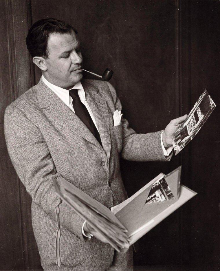 """Joseph Leo MANKIEWICZ, désigné plus couramment Joseph L. MANKIEWICZ, né le 11 février 1909 à Wilkes-Barre (États-Unis), mort le 5 février 1993 à New York. D'origine polonaise, c'est un scénariste, réalisateur et producteur de films américain. Il est le frère d'Herman J. MANKIEWICZ, scénariste de films majeurs comme """"Citizen Kane"""" d'Orson WELLES."""