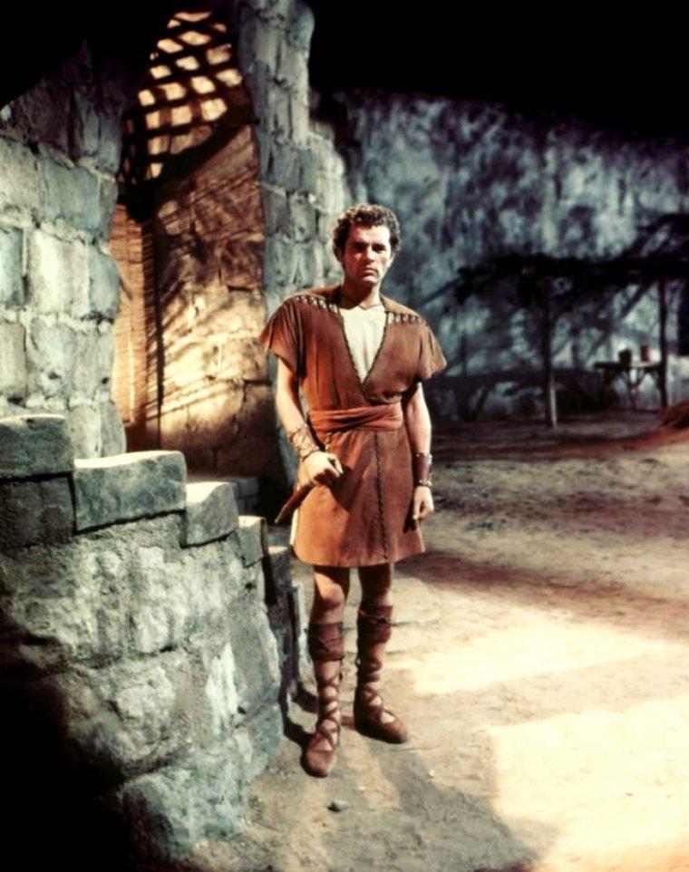"""FILM / """"La Tunique"""" (The Robe) est un péplum américain d'Henry KOSTER sorti en 1953. Il est surtout connu pour être le premier film en CinemaScope de l'histoire du cinéma. / SYNOPSIS / Marcellus est un tribun militaire romain. Envoyé à Jérusalem, il dirige l'unité qui met à exécution la crucifixion (le crucifiement de Jésus de Nazareth). Après la mise à mort, il gagne aux dés la tunique qui l'habillait. Il est alors la proie de cauchemars et de terreurs qui le mènent au bord de la folie et qui vont l'amener à se poser des questions sur l'homme qu'il a fait mettre à mort."""