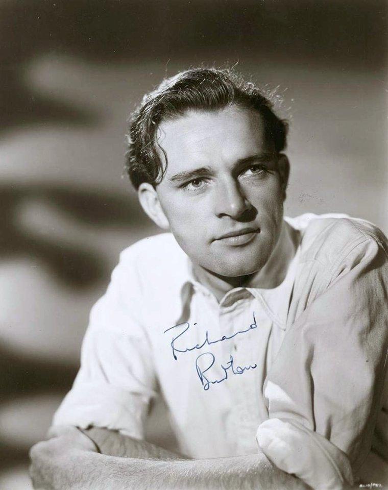 Richard BURTON, né Richard Walter JENKINS le 10 novembre 1925 à Pontrhydyfen (Pays de Galles, Royaume-Uni) et mort le 5 août 1984 à Céligny (Suisse) à 58 ans, est un acteur gallois.