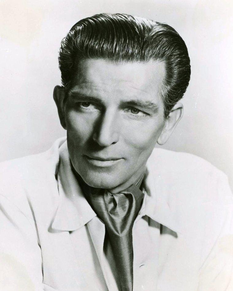 """Michaël RENNIE, né Eric Alexander RENNIE le 25 août 1909 à Idle près de Bradford et mort le 10 juin 1971 à Harrogate, était un acteur britannique. Il fut remarqué en 1936 dans une audition pour un film d'Alfred HITCHCOCK notamment pour sa grande taille (1,93 m) et sa prestance, et enchaîna des petits rôles pour lesquels il ne fut pas crédité. Ses rôles devinrent de plus en plus importants dans les années 1940, jusqu'à ce qu'il soit choisi pour interpréter l'extraterrestre Klaatu dans """"Le Jour où la Terre s'arrêta"""", pour lequel il est surtout connu. La suite de sa carrière consista surtout en des apparitions dans des séries télévisées comme """"Alfred HITCHCOCK présente"""", """"Perry MASON"""", """"Au c½ur du temps"""" ou """"Les Envahisseurs"""". Son rôle dans """"La Guerre des cerveaux"""" permet de se faire une idée de son talent. Si on le cite pendant les 2/3 du film, il n'apparait qu'à la fin, souriant, sûr de lui, mais très dangereux, et en quelques minutes il donne une inquiétante consistance à une menace qui n'est que nommée la plupart du temps."""
