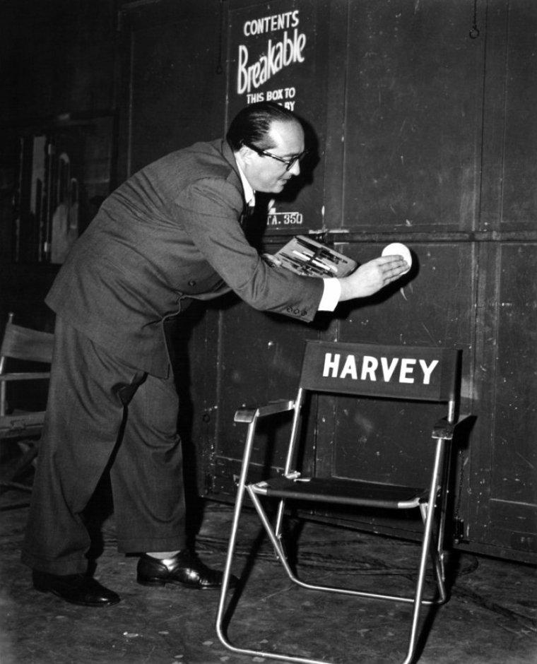 """Henry KOSTER (de son vrai nom Herman KOSTERLITZ) est un réalisateur, scénariste et producteur américain né le 1er mai 1905 à Berlin (Allemagne), décédé le 21 septembre 1988 à Camarillo (États-Unis). Henry KOSTER était encore jeune quand son père, un vendeur, quitta la maison. Il s'arrangea pour terminer ses études secondaires à Berlin en écrivant des nouvelles et en réalisant des bandes dessinées. KOSTER découvrit très tôt le monde du cinéma quand son oncle, vers 1910, ouvrit une salle de cinéma à Berlin. Sa mère jouait au piano pour accompagner les films, laissant son enfant regarder le spectacle. Après avoir travaillé au départ comme écrivain de nouvelles, KOSTER fut engagé comme scénariste par une compagnie de cinéma berlinoise et devint l'assistant du réalisateur Curtis BERNHARDT. Un jour, ce dernier tomba malade et demanda à KOSTER de se charger de la réalisation d'un film. C'est ainsi que dans les années 1931/1932, il réalisa deux ou trois films pour la compagnie UFA. Au milieu de la réalisation d'un film, KOSTER se rendit compte qu'il subissait déjà une forme d'antisémitisme, et comprit qu'il devrait partir. Il perdit son sang froid lors d'un accrochage avec un officier SS et l'assomma. Ensuite, il fila directement à la gare et quitta l'Allemagne pour la France, où il fut engagé à nouveau par Curtis BERNHARDT qui s'était exilé un peu plus tôt. Puis KOSTER partit pour Budapest où il rencontra et épousa Kato KIRALY en 1934. À Budapest, il rencontra Joe PPASTERNAK qui représentait la compagnie Universal en Europe, et il réalisa trois films pour lui. En 1936, KOSTER signa un contrat pour travailler avec Universal à Hollywood, et il s'embarqua pour les États-Unis avec sa femme et d'autres réfugiés, pour travailler avec PASTERNAK. Malgré le fait qu'il ne parlait pas anglais, il arriva à convaincre le studio de le laisser réaliser """"Trois jeunes filles à la page"""" (Three smarts girls), une comédie musicale donnant la vedette à une adolescente de 15 ans, Deanna DURBIN."""
