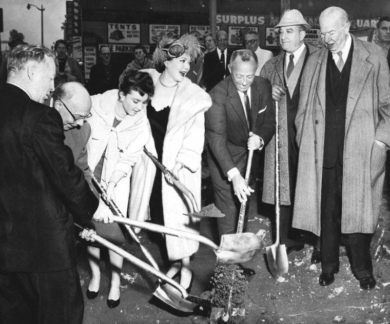 1958 / Le Walk of Fame (littéralement « Promenade de la célébrité ») est un trottoir très célèbre du quartier d'Hollywood à Los Angeles, en Californie, recouvert de plus de 2 000 étoiles. Sur celles-ci, figurent les noms de célébrités de l'industrie du spectacle honorées par la Chambre de commerce de Los Angeles. Le Walk of Fame se trouve sur Hollywood Boulevard entre Gower Street et la Brea Avenue et sur Vine Street entre Yucca Street et Sunset Boulevard. Chaque star se voit dédier une dalle carrée d'environ 80 cm de côté insérée dans le trottoir. Fabriquée dans un matériau à base de ciment imitant le marbre, chaque dalle présente, sur fond anthracite, une étoile rose à cinq branches au contour en laiton gravée du nom de la célébrité. Sous cette inscription, un emblème, lui aussi en laiton rappelle la catégorie dans laquelle la star s'est distinguée. Selon l'industrie concernée, l'emblème est le suivant :  une caméra, pour une contribution à l'industrie cinématographique ;  un poste de télévision, pour une contribution à l'industrie télévisuelle ;  une platine tourne-disque et son bras (vus de dessus), pour l'industrie musicale ;  un microphone, pour une contribution à l'industrie radiophonique ;  un couple de masques de théâtre ancien (comédie et tragédie), pour une contribution théâtrale. Créé en 1958, le « Walk of Fame » est un hommage aux différents acteurs du « show business ». Au début, certaines célébrités ont reçu plusieurs étoiles pour récompenser leurs contributions dans différents domaines. Aujourd'hui, on a plutôt tendance à récompenser de nouvelles personnes et peu de stars reçoivent plus d'une étoile. En 1978, la ville de Los Angeles a déclaré le « Walk of Fame » monument historique. À l'origine, le « Walk of Fame » comprenait 2 500 étoiles vides. 1 558 étoiles ont été décernées durant les seize premiers mois. Depuis, elles sont attribuées au rythme d'environ deux étoiles par mois. La première étoile sur le Walk of fame fut attribuée, le 9 Février 196