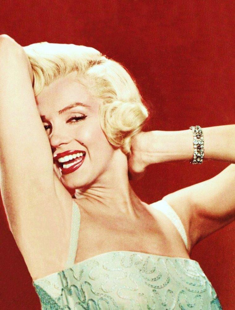 """Photos publicitaires de Marilyn pour le film """"Comment épouser un millionnaire"""" /  Il s'agit du 21ème film de Marilyn MONROE qui a 26 ans et, maintenant qu'elle est une star (depuis """"Niagara""""), qui fait part égale avec Betty GRABLE et Lauren BACALL puisqu'elle se situe à la 2ème place du générique (dans la bande-annonce américaine, elle est même citée en premier, ainsi que sur l'affiche, et il semble que cela soit dû au fait que Betty GRABLE avait eu des mots avec la Fox). Elle y joue un mannequin, plus myope qu'une taupe et grande coquette car elle n'aime pas porter ses lunettes. """"Comment épouser un millionnaire"""" a été le premier film réalisé en CinemaScope mais le deuxième distribué, le premier ayant été """"La tunique"""" (The Robe) (première le 16 septembre 1953) également produit par la Fox, avec Richard BURTON et Jean SIMMONS dans les rôles principaux. Le but de cette nouvelle technologie était de contrer la télévision dont la popularité était chaque jour plus forte aux États-Unis. Le slogan du film était The modern miracle - You see without special glasses (Le miracle moderne - Vous n'avez même pas besoin de lunettes spéciales)."""