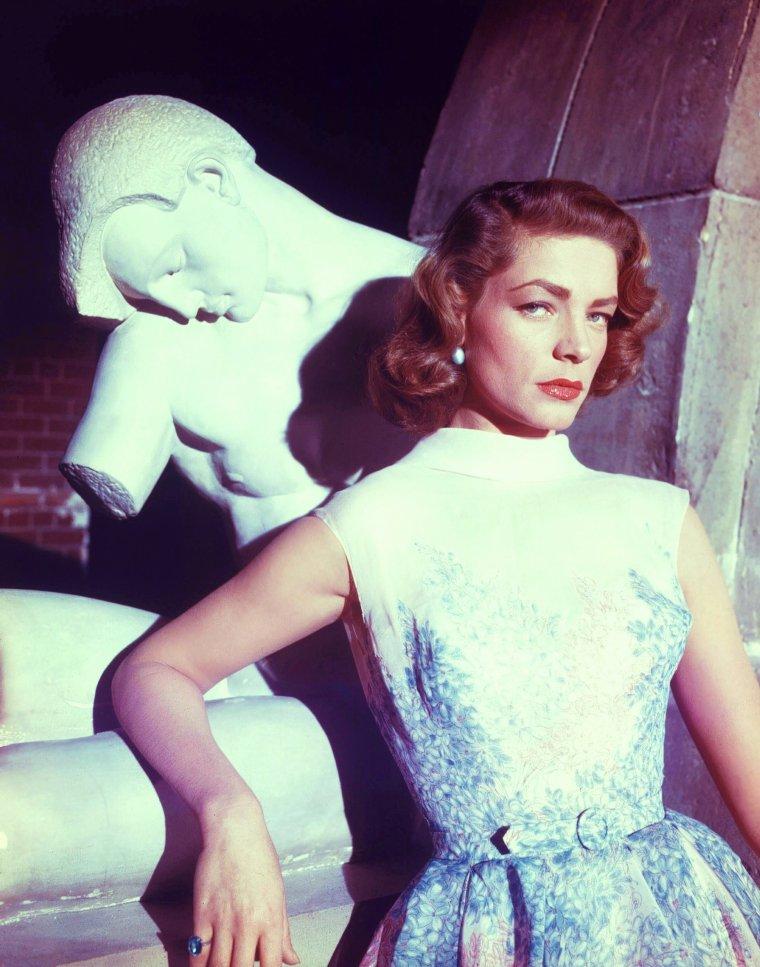 """Lauren BACALL (née Betty Joan PERSKE le 16 septembre 1924 à New York) est une actrice de cinéma américaine. / Lauren BACALL, 28 ans pendant ce tournage (Comment épouser un millionnaire), était déjà une star qui alignait à son palmarès les films suivants : """"Le Port de l'angoisse"""" (1944), """"Le Grand Sommeil"""" (1946) et """"Key Largo"""" (1948), tous joués en compagnie de son mari Humphrey BOGART. D'ailleurs, lorsque le personnage de Schatze dans """"Comment épouser un millionnaire"""" confirme à J.D. combien elle préfère les hommes dans la force de l'âge, elle argumente un « Look at that ol' fella, what's his name? In """"The African Queen"""". Crazy about him ! » (« Par exemple ce vieux type, comment il s'appelle? Celui qui joue dans """"La Reine africaine"""". J'suis folle de lui ! »)"""