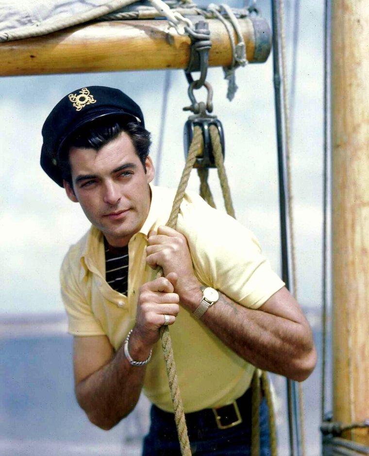 Rory CALHOUN (Francis Timothy McCOWN) né à Los Angeles le 8 août 1922, décédé le 28 avril 1999 à Burbank, Californie est un acteur, producteur, scénariste américain.
