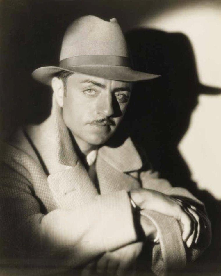 """William POWELL est un acteur américain né à Pittsburgh le 29 juillet 1892, décédé le 5 mars 1984 à Palm Springs, Californie, États-Unis. Il fut un des acteurs phares de la MGM et eut la consécration grâce au rôle du détective Nick CHARLES dans la série des """"Thin Man"""", aux côtés de Myrna LOY avec qui il apparut quatorze fois à l'écran, formant l'un des duos les plus populaires."""