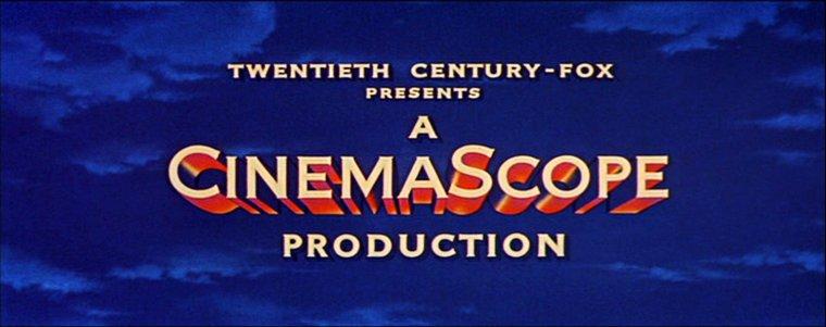 """CINEMASCOPE / Le CinemaScope est un procédé de prise de vues et de projection qui consiste à anamorphoser (comprimer) l'image à la prise de vue, pour la désanamorphoser à la projection. Ce rapport de compression est de 2. Le CinemaScope ne désigne pas directement le format d'image, mais un procédé d'anamorphose de l'image, qui peut être utilisé en 35 mm comme en 16 mm, avec des ratios d'image différents. C'est la SMPTE qui définit les normes de la fenêtre de projection de ce qu'on appelle le Scope : CinemaScope 35 mm avec son optique. Le Scope a aujourd'hui un ratio de 2,39:1. Grâce à un objectif déformant (anamorphose), l'image est comprimée dans le sens horizontal lors de la prise de vue sur film classique ; à la projection, elle est étirée dans les mêmes proportions, ce qui permet de retrouver une image panoramique. Le dispositif optique est basé sur celui de l'Hypergonar, inventé en 1926 par le Français Henri CHRETIEN. Il s'agit principalement d'une lentille cylindrique placée devant l'objectif primaire, sphérique. Ce n'est qu'en 1953 que la 20th Century Fox conclut un accord avec l'inventeur du procédé, Henri CHRETIEN et présenta la même année le premier film en CinemaScope """"La Tunique"""" (The Robe) d'Henry KOSTER. C'était en réalité le second film tourné selon ce procédé, le premier étant """"Comment épouser un millionnaire"""". Pour des raisons commerciales, il est sorti après """"La Tunique"""". La première projection publique a eu lieu le 16 septembre 1953. Le premier dessin animé utilisant ce procédé est le court métrage de Disney """"Les Instruments de musique"""" (Toot Whistle Plunk and Boom, 1953), suivi ensuite par le long métrage d'animation """"La Belle et le Clochard"""" (1955). Au sujet du film """"L'Infernale Poursuite"""" (1956), le réalisateur Francis D. LYON explique qu'il a apprécié ce nouveau format « plus facile pour la mise en scène et plus économique en réduisant les installations principalement pour les tournages en extérieur. » Le premier film français en CinemaScope e"""