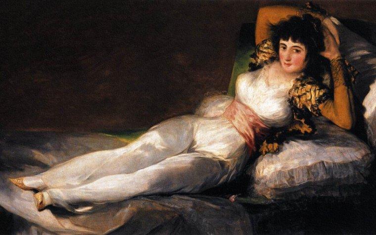 HISTOIRE / La Maja nue (La Maja desnuda) est un tableau réalisé sur commande et peint avant 1800 par GOYA, plus précisément entre 1790 et 1800, date de la première référence documentée à ce travail. L'une de ses ½uvres les plus connues, elle a formé le pendant avec La Maja vêtue (La Maja vestida), datée entre 1802 et 18052, probablement réalisée à la demande de Manuel GODOY, puisqu'il est certain qu'elles faisaient partie d'un cabinet de peintures de sa demeure. Dans les deux tableaux est représenté en entier le corps de la même belle femme, allongée paisiblement sur des coussins et regardant en face le spectateur. Il ne s'agit pas d'un nu mythologique, mais d'une vraie femme, contemporaine de GOYA, et, y compris à son époque, on l'appelait La Gitane. L'antériorité de La Maja nue indique qu'au moment où il a été peint, le tableau n'était pas conçu pour avoir un pendant. On a supposé que la personne représentée était la duchesse d'ALBE, puisqu'à la mort de cette dernière, en 1802, tous ses tableaux passèrent en propriété à GODOY, dont on sait que les deux Majas lui ont appartenu, de la même façon que ce qui s'est passé pour la Vénus à son miroir de VELASQUEZ. Malgré tout, il n'existe aucune preuve décisive que ce visage aurait appartenu à la duchesse, ni que La Maja nue n'aurait pu parvenir à GODOY d'une autre façon, par exemple par une commande directe qu'aurait faite GOYA. Pour de nombreux historiens, d'ailleurs, il s'agirait plutôt de Pepita TUDO, maîtresse du premier ministre Manuel GODOY et peinte pour son cabinet secret.