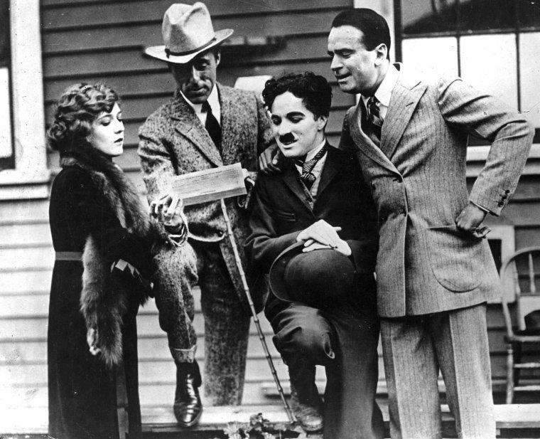 """STUDIO / United Artists (UA), connue aussi en français sous le nom de sa filiale """"Les Artistes associés"""", est une société de distribution puis de production de cinéma américaine fondée le 5 février 1919 par quatre pionniers de Hollywood : Charles CHAPLIN, Douglas FAIRBANKS, Mary PICKFORD et D. W. GRIFFITH. Créée comme une coopérative destinée à distribuer les ½uvres de ses fondateurs, elle se diversifie dans les années 1920 et années 1930 en attirant d'autres producteurs indépendants et prend place parmi les « Little Three ». Dans les années 1940, des dissensions entre ses fondateurs amènent UA à la quasi-faillite. À partir des années 1950, elle entame une renaissance en commençant à financer la production indépendante..."""