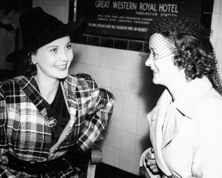 """Vivian Mary HARTLEY, dite Vivien LEIGH, née le 5 novembre 1913 à Darjeeling et morte le 7 juillet 1967 à Londres, est une actrice anglaise. Elle remporta deux Oscars pour deux rôles de femmes du Sud : Scarlett O'HARA dans Autant en """"Emporte le Vent"""" (1939) et Blanche DuBOIS dans l'adaptation cinématographique de """"Un tramway nommé Désir"""" (1951), un rôle qu'elle joua aussi sur scène à Londres. Elle fut une actrice prolifique au théâtre, fréquemment en collaboration avec son mari, Laurence OLIVIER, qui l'a dirigée dans plusieurs rôles. Au cours de ses trente années sur scène, elle interpréta une myriade de rôles allant des héroïnes des comédies de Noël COWARD ou de George Bernard SHAW aux personnages du répertoire shakespearien telles que Ophélie, Cléopâtre, Juliette ou Lady MACBETH. Louée pour sa grande beauté, elle considéra que cela l'empêcha parfois d'être prise au sérieux comme actrice, mais sa santé fragile s'avéra son principal obstacle. Affectée de trouble bipolaire durant la majorité de sa vie adulte, elle acquit une réputation d'actrice difficile, dont la carrière connut des hauts et des bas. Elle fut ensuite affaiblie par des accès récurrents de tuberculose chronique, qui lui avait été diagnostiquée une première fois au milieu des années 1940. Après son divorce de Laurence OLIVIER en 1960, elle travailla sporadiquement sur scène et au cinéma jusqu'à sa mort due à la tuberculose en 1967. Le rôle le plus connu de Vivien LEIGH est celui de Scarlett O'HARA dans """"Autant en Emporte le Vent"""" (Gone With The Wind) (1939), pour lequel elle gagna l'Oscar de la meilleure actrice. Ce rôle, si convoité, avait entraîné une épuisante recherche de talents où de nombreuses actrices furent considérées pour le personnage de Scarlett, au côté de Clark GABLE. Parmi celles-ci : Norma SHEARER, Bette DAVIS, Jean ARTHUR, Katharine HEPBURN, Barbara STANWYCK... Le producteur David O. SELZNICK sélectionna secrètement Vivien pour le rôle après l'avoir vue dans """"Vive les étudiants"""" (A Yan"""