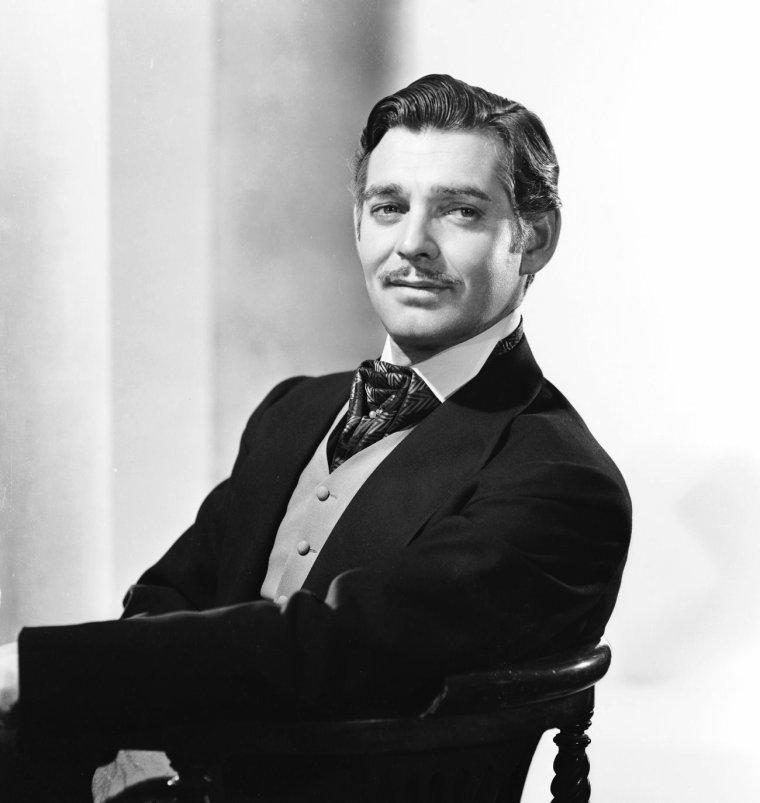 """William Clark GABLE (1er février 1901 – 16 novembre 1960) est un acteur américain, et la plus grande star au box-office du début du cinéma parlant. Au cours de sa longue carrière, il apparaît avec les plus grandes actrices de l'époque. Joan CRAWFORD, qui était sa partenaire favorite, joue avec lui dans huit films, Myrna LOY est à ses côtés dans sept films et il forme un duo avec Jean HARLOW dans six productions. Il est aussi la star de quatre films avec Lana TURNER, et trois avec Norma SHEARER. GABLE remporte l'oscar du meilleur acteur en 1934 pour son interprétation dans le film """"New York-Miami"""". Suit une autre nomination pour son rôle de Fletcher CHRISTIAN dans """"Les Révoltés du Bounty"""" (1935). Mais il reste surtout célèbre pour avoir été Rhett BUTLER dans le classique """"Autant en emporte le vent"""", sorti en 1939. Il est un des rares acteurs à avoir joué dans trois films ayant obtenu un Oscar du meilleur film. """"L'American Film Institute"""" l'a classé septième acteur de légende. Il était franc-maçon."""