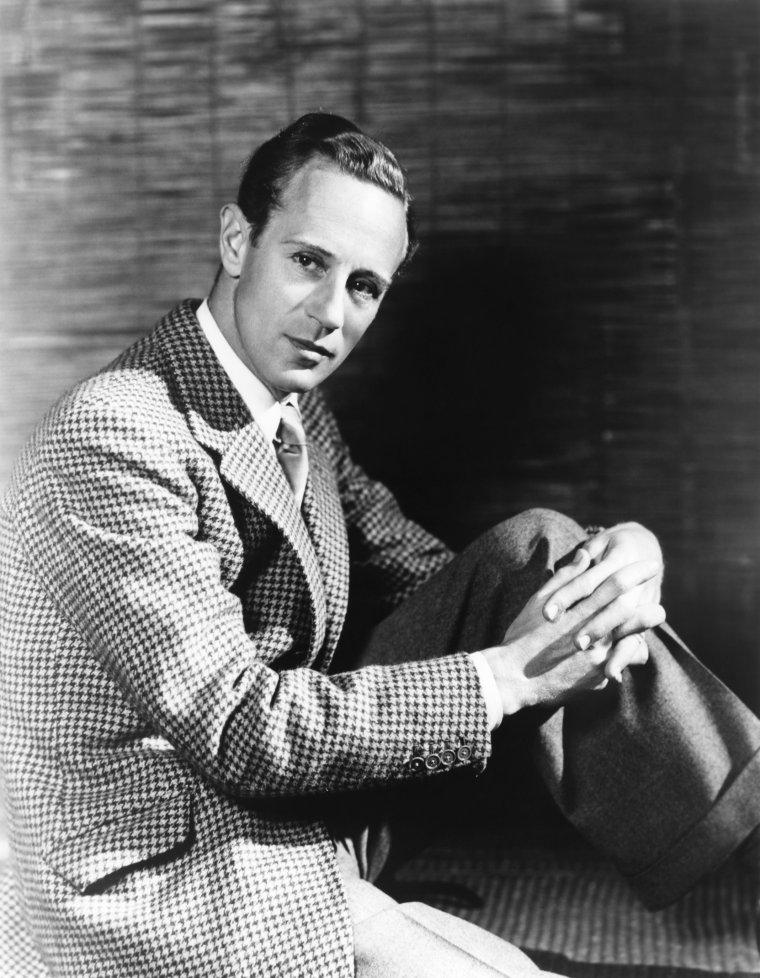 """Leslie HOWARD, de son vrai nom Leslie HOWARD STAINER, né à Forest Hill, Londres le 3 avril 1893 et mort en vol, dans le Golfe de Gascogne le 1er juin 1943, est un acteur, réalisateur et producteur de cinéma britannique. En 1939, il tient le rôle d'Ashley WILKES dans """"Autant en emporte le vent"""", à condition que David O. SELZNICK le laisse jouer dans """"Intermezzo"""" et coproduire le film. Mal à l'aise à Hollywood au début de la Deuxième Guerre mondiale, il retourne au Royaume-Uni et participe à l'effort de guerre au travers de films, d'articles et d'émissions radiophoniques. En 1943, de retour de Lisbonne, son avion est abattu par la Luftwaffe au-dessus du Golfe de Gascogne."""