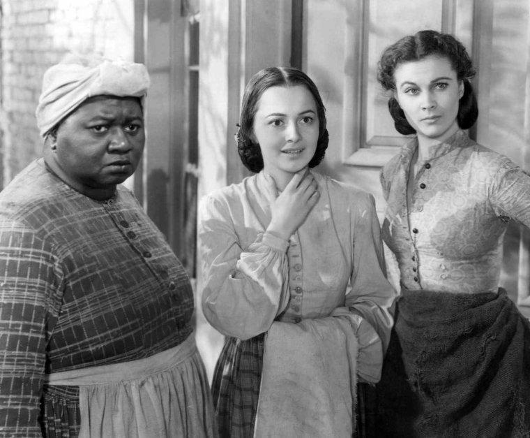 """Hattie McDANIEL est une actrice américaine, née le 10 juin 1895 à Wichita (Kansas) et morte le 26 octobre 1952 à Los Angeles. Fille d'un père pasteur baptiste de Richmond (Virginie) et d'une mère originaire de Nashville (Tennessee), elle commence à 18 ans une carrière d'actrice en chantant dans des vaudevilles et en se produisant à la radio. En 1932, elle fait ses débuts au cinéma où on la cantonnera essentiellement à des rôles de domestiques. En 1936, """"Show Boat"""" lui vaut d'être une première fois remarquée. Mais c'est en 1939, avec son rôle de Mamma dans """"Autant en emporte le vent"""", qu'elle atteint la renommée. Lors de la Première mondiale au Fox Theater ségrégationniste à Atlanta le 15 décembre 1939, on lui interdit l'accès à la projection. Elle obtiendra ensuite l'Oscar du Meilleur second rôle féminin, devenant la première artiste noire à obtenir cette récompense (le 29 février 1940). Vingt-quatre années s'écouleront avant de voir un autre acteur noir recevoir un Oscar (Sidney POITIER). Elle était la s½ur des acteurs et chanteurs Otis McDANIEL (1882-1916), Sam McDANIEL (1886-1962) et Etta McDANIEL (1890-1946). Elle fut mariée quatre fois."""