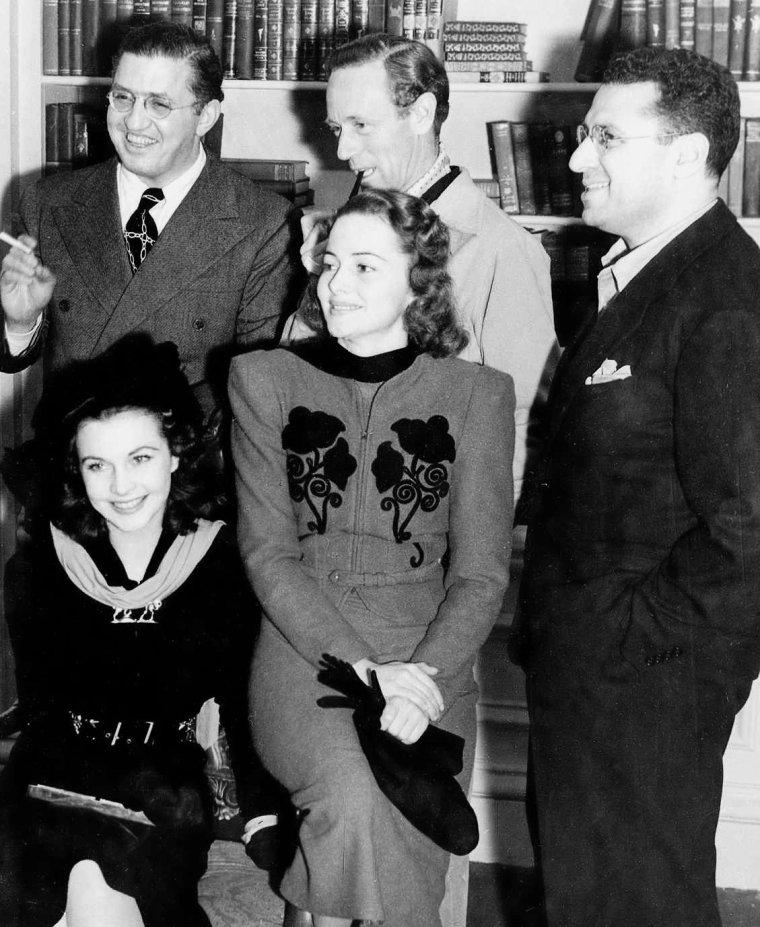 """David SELZNICK (10 mai 1902 à Pittsburgh, Pennsylvanie – 22 juin 1965 à Hollywood, Los Angeles, États-Unis), connu sous le nom David O. SELZNICK, fut l'une des icônes de l'âge d'or du cinéma en tant que producteur hollywoodien. Il est plus connu pour avoir produit le film à grand succès """"Autant en emporte le vent"""" (Gone With The Wind) pour lequel il remporta l'Oscar du meilleur film. Ce film, un des plus populaires et réussis dans l'histoire d'Hollywood, gagna aussi sept autres Oscars et deux récompenses spéciales. SELZNICK reçut aussi l'Irving G. THALBERG award la même année. Il obtint également l'Oscar du meilleur film l'année suivante pour """"Rebecca""""."""