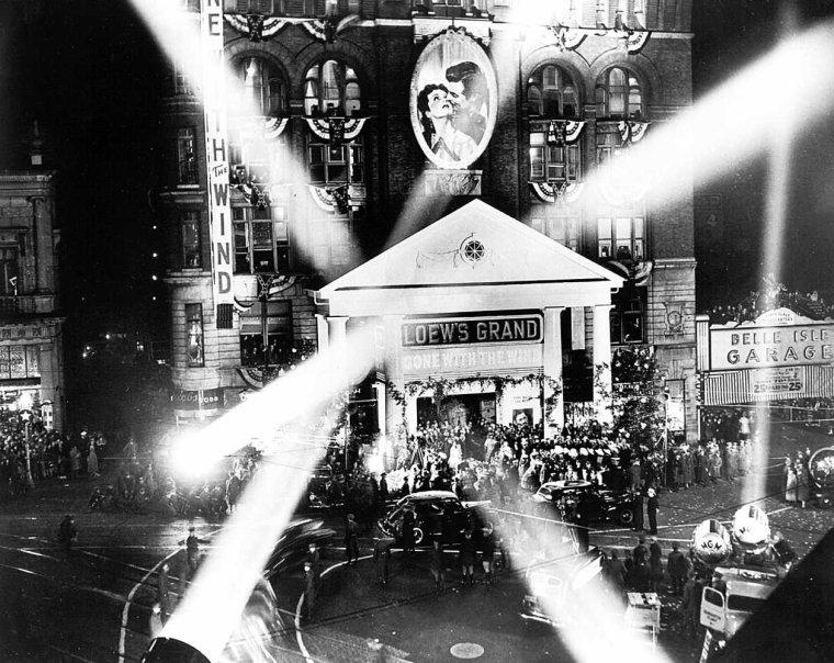 PREMIERE & OSCARS / La première du film eut lieu à Atlanta, ville martyre de la guerre de Sécession, le 15 décembre 1939. Ce jour-là fut déclaré férié par le maire. Les billets, vendus 1,5 $, une somme déjà importante pour l'époque, se revendirent plus de 200 $ au marché noir. En 1940, Le film raflait dix Oscars. Avec son roman, Margaret MITCHELL avait donné au Sud son Illiade ; avec son film, SELZNICK l'inscrivait dans la légende des siècles... Son oeuvre littéraire et le film qui en fut tiré ont vengé la Confédération pour l'éternité.