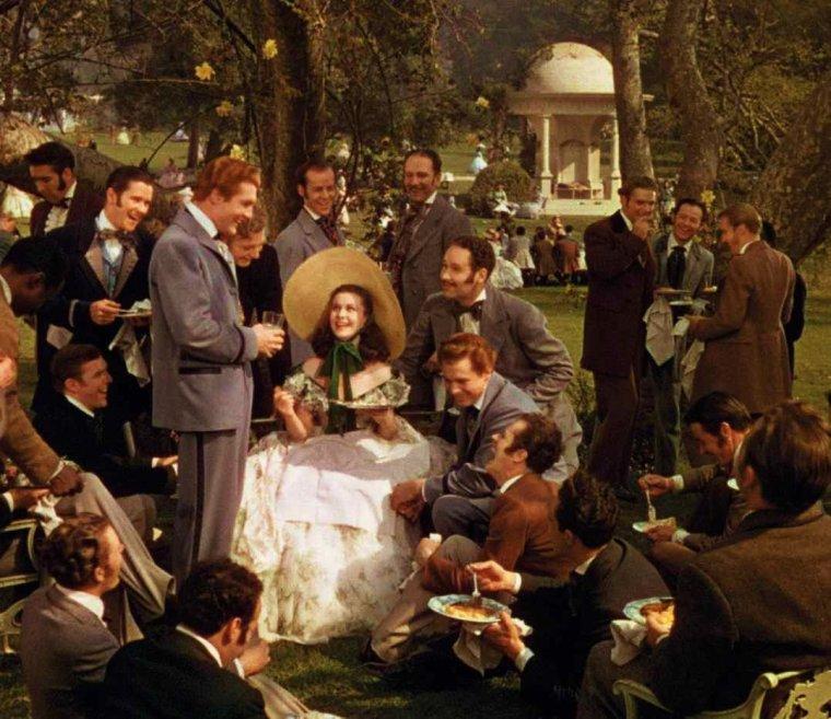 """Le technicolor est une série de procédés de films en couleur lancés par la Technicolor Motion Picture Corporation, fondée par Herbert T. KALMUS, Daniel F. COMSTOCK et W. B. WESTCOTT en 1915. Dans un premier temps, le procédé employé consiste en une synthèse additive bichrome (projection avec double objectif de films à filtres couleurs). L'unique film tourné à l'aide de ce procédé sortit en 1917 : il s'agit d'un court-métrage, """"The Gulf Between"""". Ce procédé s'avère cependant peu pratique, et Herbert KALMUS présente un nouveau procédé début 1920, qui relève de la synthèse soustractive : on colle dos à dos deux positifs qu'on a préalablement virés en couleur (rouge et vert). Afin de récolter des fonds pour faire un film qui démontrerait la réussite du procédé, KALMUS contacte George EASTMAN, le fondateur de Kodak, qui ne se montre pas intéressé. C'est finalement Bon-Ami, une marque de détergent, et le producteur Joseph M. SCHENCK qui lui permettent de concrétiser le procédé du technicolor bichrome. Le film en question, """"The Toll of the Sea"""", sortira en 1922, réalisé par Chester M. FRANKLIN. Par la suite, d'autres films utiliseront ce procédé durant les années 1920 : citons """"Wanderer of the Wasteland"""" de Irvin WILLAT, ainsi que """"Les Dix Commandements"""" (1923) et """"Le Roi des rois"""" (1927) réalisés par Cecil B. DeMILLE, ou encore """"Le Fantôme de l'Opéra"""" (Rupert JULIAN, 1925), ces trois derniers films n'utilisant le procédé technicolor que lors de certaines séquences. Filmer en technicolor demeure très coûteux à l'usage. KALMUS décide d'employer une star hollywoodienne pour donner plus de visibilité à son procédé : l'acteur Douglas FAIRBANKS investit alors un million de dollars pour que soit tourné """"Le Pirate Noir"""", en 1926 ; mais les projections de ce film, par ailleurs très bien accueilli par la critique, posent problème : la pellicule, composée de deux positifs collés l'un à l'autre, est trop épaisse et s'abîme très rapidement. Le procédé technicolor est donc amélioré par"""