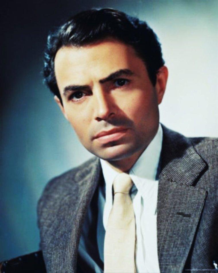 """James NEVILLE MASON (15 mai 1909 à Huddersfield, Yorkshire - 27 juillet 1984 à Lausanne, Suisse) est un acteur britannique. Ayant à son actif une filmographie de plus de 130 films dont """"Huit Heures de sursis"""" de Carol REED, """"L'Affaire Cicéron"""" de Joseph MANKIEWICZ, """"La mort aux trousses"""" d'Alfred HITCHCOCK, """"Le Prisonnier de Zenda"""" de Richard THORPE, """"La Chute de l'Empire romain"""" d'Anthony MANN, """"La Mouette"""" et """"Le Verdict"""" de Sidney LUMET, """"Le Piège"""" de John HUSTON, il est considéré comme l'un des plus grands acteurs britanniques et hollywoodiens."""