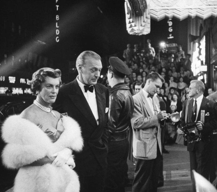 """Septembre 1954, Los-Angeles, PREMIERE MONDIALE du film """"Une étoile est née"""", où le tout Hollywood se presse... On peux y voir notamment, les STARS Gary COOPER accompagnée de sa femme, Roch HUDSON et son amie du moment Betty ABBOTT, Jack WARNER, Marlene DIETRICH, Frank SINATRA, George JESSEL, Lauren BACALL et biensûr Judy GARLAND et son mari Sidney LUFT."""