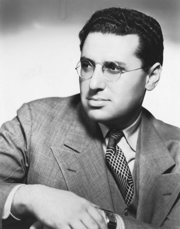 """George DEWEY CUKOR est un réalisateur américain, né le 7 juillet 1899 à New York et mort le 24 janvier 1983 à Los Angeles. Il a réalisé les classiques """"Une étoile est née"""" et """"My Fair Lady"""" pour lequel il remporte l'Oscar du meilleur réalisateur en 1965. Metteur en scène de théâtre à Broadway dans les années 1920, il exerce différentes fonctions à Hollywood avant de réaliser son premier film, """"Grumpy"""", en collaboration avec Cyril GARDNER, en 1930. Renvoyé des plateaux d'""""Autant en emporte le vent"""", à la suite d'une mésentente avec le producteur David O. SELZNICK qui le fit pourtant débuter, et du """"Magicien d'Oz"""", il y est remplacé dans les deux cas par Victor FLEMING. Bientôt spécialisé dans les comédies, il possède le talent de faire sortir le meilleur d'eux-mêmes aux acteurs qu'il dirige et surtout aux actrices. Ainsi, sous sa direction, vingt-et-un acteurs différents obtinrent des nominations aux Oscars. Parmi lesquels Katharine HEPBURN qu'il fit débuter en 1932 dans """"Héritage"""" (A Bill of Divorcement) et qu'il retrouva avec bonheur pour neuf autres films, dont le classique de la comédie sophistiquée : """"Indiscrétions"""" (The Philadelphia Story) avec Cary GRANT et James STEWART, et les comédies de couple avec Spencer TRACY. Avec moins de réussite, il réunit Yves MONTAND et Marilyn MONROE dans """"Le Milliardaire"""" (Let's Make Love), deux ans avant de tourner l'inachevé """"Something's Got to Give"""", dernière apparition de Marilyn. Le seul Oscar qu'il remporte en qualité de meilleur réalisateur est pour """"My Fair Lady"""" (1964), son quatrième film musical après """"Une étoile est née"""" (A Star Is Born) dans sa version la plus connue (1954), """"Les Girls"""" (1957), et """"Le Milliardaire"""" pré-cité (1960)."""