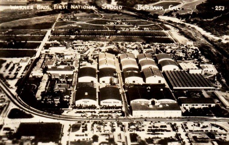 """STUDIO / Warner Bros. est l'une des plus grandes sociétés de production et de distribution pour le cinéma et la télévision. C'est une filiale de la Time Warner dont le siège social se situe à New York. La Warner Bros. a elle-même plusieurs filiales dont la Warner Independent Pictures, la Warner Bros. Television, la DC Comics ou la Warner Bros. Animation (anciennement Warner Bros. Cartoons). Fondée en 1923 par les frères WARNER, descendants d'immigrants, la Warner Bros. est le troisième plus vieux studio cinématographique américain encore en opération, après la Paramount Pictures, fondée en 1912 sous le nom de Famous Players, et l'Universal Pictures, fondée la même année. Malgré des débuts incertains, la Warner Bros. persévère et innove — c'est le premier studio, par exemple, à expérimenter le son synchronisé, grâce au Vitaphone, mais également à produire un film entièrement en couleur, """"On with the Show !"""" — ce qui lui permettra, peu à peu, de faire sa place parmi les Big Five, et sur le marché du cinéma mondial. Désormais, la Warner est l'un des plus gros studios de production et de distribution. Le studio hollywoodien a également permis la découverte d'artistes reconnus dans le milieu cinématographique mondial, tels que James CAGNEY, Joan BLONDELL, Edward G. ROBINSON, Warren WILLIAM ou encore Lauren BACALL et Humphrey BOGART. À ce jour, la Warner a distribué plus de 4 700 films, et en a produit près de 3 200. Elle est le premier distributeur mondial avec 14,31 % de PDM, devant Walt Disney Pictures (14,26 %) et Sony Pictures (13,03 %) / FONDATION / La société doit son nom à ses quatre fondateurs, les frères WARNER : Harry, Albert, Sam et Jack, des juifs polonais de Russie impériale qui ont émigré à Baltimore dans le Maryland. Sam WARNER, après plusieurs petits métiers, est engagé comme projectionniste au White City Park de Chicago. Il se rend alors compte du potentiel de la diffusion de film et fait mettre en gage des objets de son père pour pouvoir acquérir un pro"""