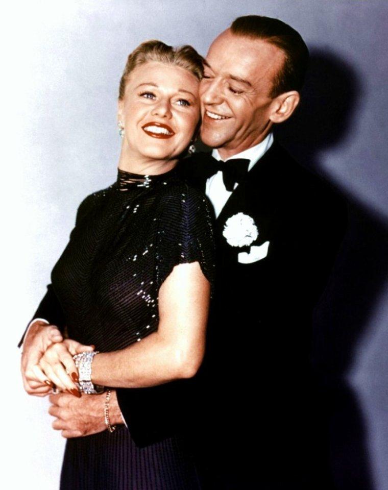 """FILM / """"Entrons dans la danse"""" (The Barkleys of Broadway) est un film musical américain de Charles WALTERS, produit par Arthur FREED, tourné en 1949. / SYNOPSIS / À la sortie d'une grande première, Josh (Fred ASTAIRE) et Dinah (Ginger ROGERS) BARKLEY prennent part à une grande réception où ils rencontrent Jacques BARREDOUT (Jacques FRANCOIS), dramaturge français émigré aux États-Unis. Celui-ci, non fervent des comédies musicales, leur conseille de s'orienter vers la tragédie. Après une expérience pourtant réussie, Josh et Dinah décident de retourner à leurs premières amours en enchaînant sur un final dansé. / C'est le retour du couple ASTAIRE / ROGERS. Le scénario se prêtait à ses retrouvailles puisqu'il mettait en scène deux danseurs au sommet de leur gloire. Dans le numéro en solo de Fred ASTAIRE « Shoes with Wings On », il se mesure à des chaussures enchantées. Ce film reprend et explique l'opposition entre le classique et le moderne qu'illustrait """"L'Entreprenant Monsieur Petrov""""."""