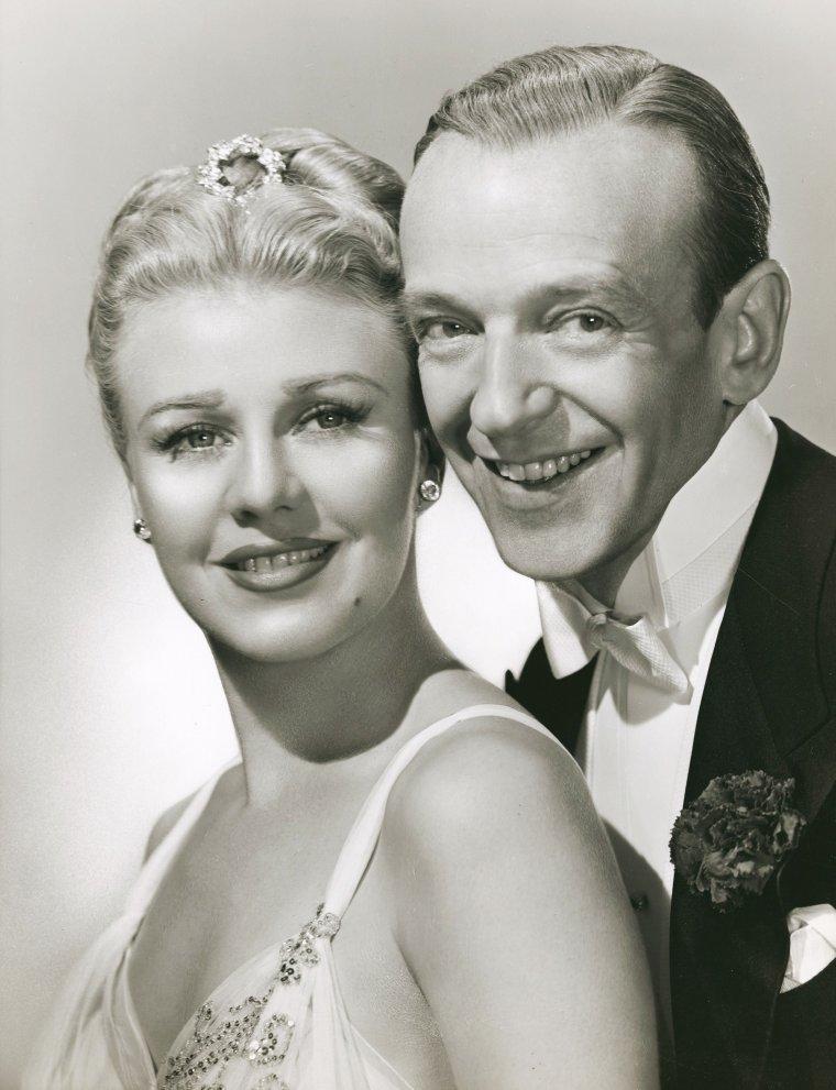 """Ginger ROGERS (16 juillet 1911 - 25 avril 1995) est une actrice et danseuse américaine. Elle fait ses débuts à Broadway le 25 décembre 1929 dans la comédie musicale """"Top Speed"""". Deux semaines plus tard, elle est engagée pour un rôle dans """"Girl Crazy"""" de George et Ira GERSHWIN. Fred ASTAIRE est engagé de son côté pour faire travailler les danseurs au niveau de la chorégraphie et il sort brièvement avec Ginger. Son apparition dans """"Girl Crazy"""" fait d'elle une star du jour au lendemain alors qu'elle n'a que 19 ans. Elle signe son premier contrat avec la Paramount pour une durée de sept ans en 1930. Ginger ROGERS rompt son contrat rapidement et part pour Hollywood avec sa mère. Lorsqu'elle arrive en Californie, elle signe un contrat pour trois films avec Pathé, qui n'ont que peu de succès. Elle continue à jouer et danser jusqu'en 1933 et obtient son premier vrai succès cinématographique avec le film """"42ème Rue"""" qu'elle tourne pour Warner Brothers. Elle travaille ensuite avec la RKO et à cette occasion retrouve Fred ASTAIRE dans """"Carioca"""" (Flying Down to Rio). À partir de ce moment naît le couple cinématographique ROGERS / ASTAIRE qui va devenir légendaire. Ils tournent ensemble dix films, dans lesquels ils dansent et chantent tous les deux. Si Ginger est restée dans toutes les mémoires pour cette partie de sa carrière, elle tourne pourtant dans plus d'une centaine de films et de courts métrages au cours des trois décennies qui suivent..."""