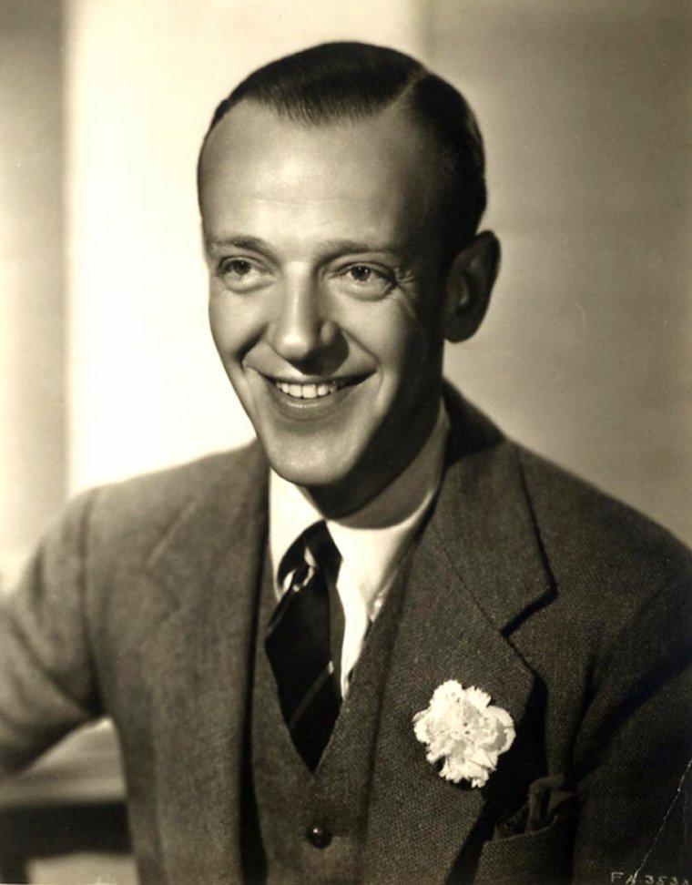 Frederick AUSTERLITZ, dit Fred ASTAIRE, né le 10 mai 1899 à Omaha dans l'État du Nebraska et mort le 22 juin 1987 à Los Angeles dans l'État de la Californie d'une pneumonie, est un danseur, compositeur de cinéma, acteur et chanteur américain. Il a gagné un Oscar d'honneur pour son talent artistique unique, et sa contribution à l'association de l'image et de la musique. Il a son étoile sur l'avenue Walk of Fame à Hollywood.