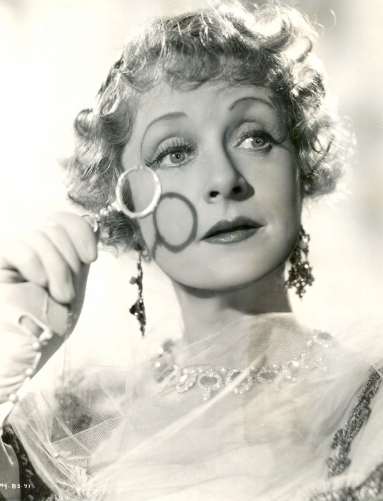 """Billie BURKE (Mary William ETHELBERT APPLETON BURKE) est une actrice américaine née le 7 août 1884 à Washington (États-Unis), décédée le 14 mai 1970 à Los Angeles (Californie). Née à Washington, elle fait ses études en France. Elle débute à la scène à Londres en 1903, puis à Broadway en 1907. Débuts à l'écran en 1916 dans """"Peggy"""" de Thomas INCE. Elle fut la femme de Florenz ZIEGFELD, qu'elle avait épousé en 1914."""
