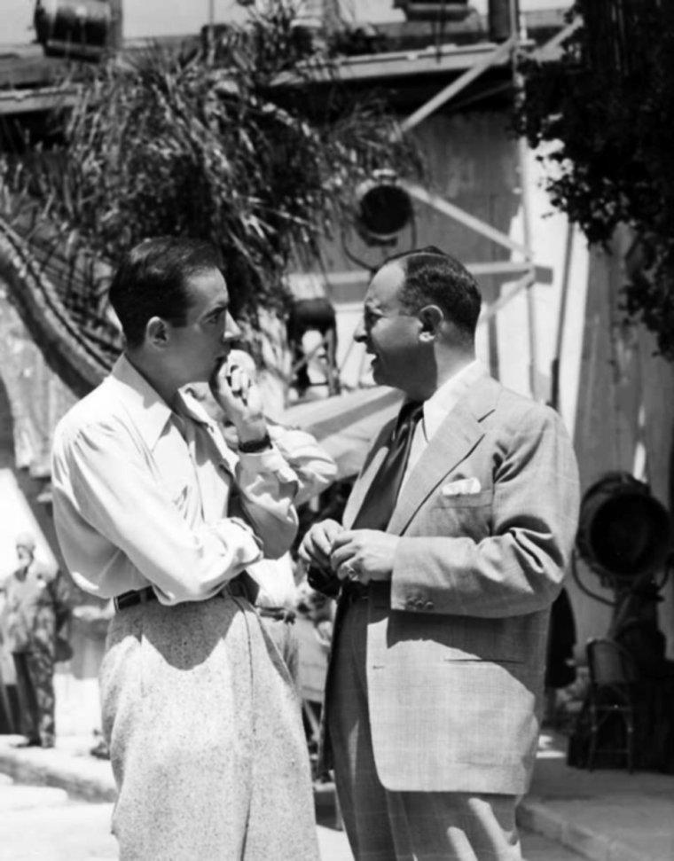 """PRODUCTEUR / De son vrai nom Arthur GROSSMANN, Arthur FREED est un producteur et parolier américain, né le 9 septembre 1894 à Charleston (Caroline du Sud), mort le 12 avril 1973. Sous contrat avec la MGM, il fut l'incarnation de l'âge d'or de la comédie musicale américaine, en y produisant quasiment tous les films marquants du genre, au premier rang desquels """"Chantons sous la pluie"""", """"Un Américain à Paris"""", """"Tous en scène"""", """"Entrons dans la danse"""", etc... Il fut également parolier et producteur de spectacles dont, en 1929, la chanson qui donna son nom au film """"Chantons sous la pluie"""" (I'm singing in the rain). (photos d'Arthur en compagnie de nombreuses STARS, telles Marion DAVIES, Fred ASTAIRE et Ginger ROGERS, Frank SINATRA et Cyd CHARISSE, Robert WALKER et Judy GARLAND ou encore Vincente MINNELLI)."""