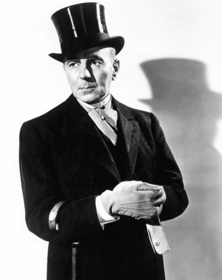George ZUCCO est un acteur et metteur en scène anglais, de son nom complet George DESYLLA ZUCCO, né à Manchester (Angleterre) le 11 janvier 1886, décédé à Hollywood (Californie) le 27 mai 1960. Il débute au cinéma dans son pays natal, en 1931, avant de s'installer aux États-Unis en 1935. Il est surtout connu pour ses prestations dans bon nombre de films d'horreur hollywoodiens des années 1940. En 1951, après quasiment cent films, il se retire pour raison de santé. Au théâtre, il débute au Canada en 1908 et, après avoir servi dans l'armée britannique durant la Première Guerre mondiale, poursuit sa carrière sur les planches, jouant notamment en Angleterre. Il apparaît une seule fois à Broadway, en 1935-1936. En outre, il est occasionnellement metteur en scène.