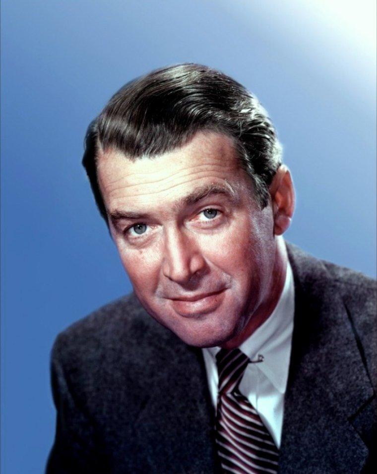"""James STEWART, de son vrai nom James MAITLAND STEWART, né le 20 mai 1908 à Indiana en Pennsylvanie, et mort le 2 juillet 1997 à Los Angeles, est un acteur américain. C'est l'un des acteurs les plus emblématiques du cinéma américain, il fut l'une de ses plus grandes stars, plusieurs fois nommé aux Oscars. Il possède une carrière aussi riche qu'éclectique et a associé son nom à plusieurs chefs-d'½uvre tels que """"Mr. Smith au Sénat"""", """"Indiscrétions"""", """"La vie est belle"""", """"La Corde"""", """"Winchester '73"""", """"Fenêtre sur cour"""", """"L'homme qui en savait trop"""", """"Sueurs froides"""", """"L'homme qui tua Liberty Valance"""" ou encore """"La Conquête de l'Ouest"""", et a tourné avec les plus grands noms : Alfred HITCHCOCK, Frank CAPRA, Anthony MANN, Henry HATHAWAY ou John FORD. Comme beaucoup d'acteurs de son temps, il afficha des opinions politiques favorables aux républicains. Il connut une belle carrière militaire en s'engageant dans l'armée de l'air au début de la Seconde Guerre mondiale, où il fut honoré des plus hautes distinctions. Il se retira en tant que général de brigade. Légende de Hollywood, il reçut en 1985 un Oscar d'honneur des mains de son ami Cary GRANT pour l'ensemble de sa longue carrière. Acteur ayant le plus de films présents dans les 100 plus grands films américains de tous les temps, il est aussi classé troisième plus grande star de tous les temps par """"l'American Film Institute""""."""