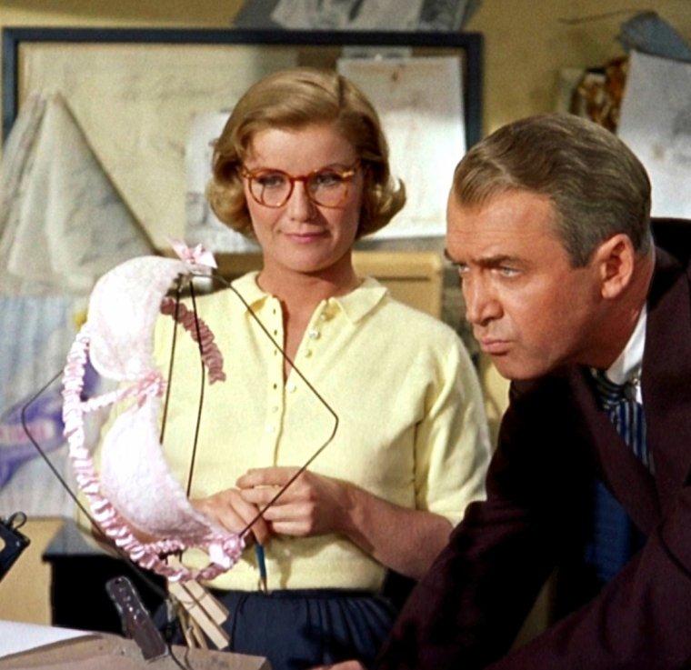 """Barbara Bel GEDDES est une actrice américaine, née le 31 octobre 1922 à New York (New York), et décédée le 8 août 2005 à Northeast Harbor (Maine) d'un cancer du poumon. Sa carrière au cinéma débute en 1947 lorsqu'elle donne la réplique à Henry FONDA dans """"The Long Night"""", remake du film français """"Le Jour se lève"""" de Marcel CARNE. Elle obtient une nomination à l'Oscar du meilleur second rôle féminin pour """"Tendresse"""" (I remember Mama) (1948) dirigé par George STEVENS. Elle tourne également avec Max OPHÜLS, Elia KAZAN et Henry HATHAWAY, au côté de Robert MITCHUM, Richard WIDMARK, James MASON ou Robert RYAN. Cependant, une santé chancelante et une enquête du comité des activités anti-américaines mettent (temporairement) un terme à sa carrière cinématographique en 1951. Sa carrière redémarre lorsque Alfred HITCHCOCK lui propose des rôles dans 4 épisodes de la série télévisée """"Alfred HITCHCOCK présente"""" (dont """"L'inspecteur se met à table"""" (Lamb to the Slaughter d'après Roald DAHL), le premier épisode, dans lequel elle interprète une femme au foyer qui tue son mari en le frappant avec une cuisse d'agneau qu'elle fait ensuite manger aux policiers chargés d'enquêter) et un rôle important dans le film """"Sueurs froides"""" (Vertigo en V.O.) 1958) où elle interprète l'ex-fiancée de James STEWART. Malgré ce succès, Bel GEDDES ne tournera plus qu'une poignée de films qui n'apportent pas grand choses à sa gloire."""
