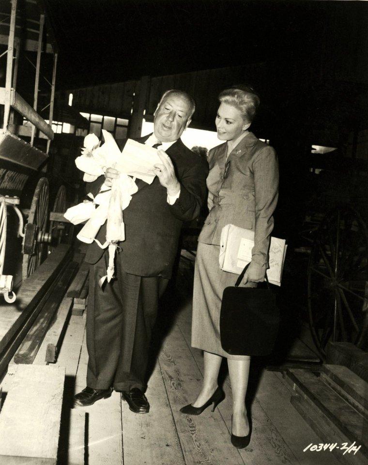 """Alfred HITCHCOCK est un réalisateur britannico-américain, également producteur et scénariste, né le 13 août 1899 à Leytonstone (en) (Grand Londres) au Royaume-Uni et mort le 29 avril 1980 à Bel Air à Los Angeles aux États-Unis. Après une carrière à succès dans son pays natal à l'époque du cinéma muet et au début du cinéma sonore, HITCHCOCK part s'installer à Hollywood. En avril 1955, il acquiert la citoyenneté américaine, tout en conservant sa citoyenneté britannique. Au cours de ses quelque soixante années de carrière, il réalise cinquante-trois longs métrages, dont certains comptent, tant par leur succès public que par leur réception et leur postérité critiques, parmi les plus importants du septième art : ce sont, entre autres, """"Les 39 Marches"""", """"Les Enchaînés"""", """"Fenêtre sur cour"""", """"Sueurs froides"""", """"La Mort aux trousses"""", """"Psychose"""", ou encore """"Les Oiseaux"""". Pionnier de nombreuses techniques dans le genre du thriller, HITCHCOCK, « le maître du suspense », est considéré comme l'un des réalisateurs les plus influents sur le plan stylistique, installant les notions de suspense et de MacGUFFIN dans l'univers cinématographique. Ses thrillers se caractérisent également, le plus souvent, par une habile combinaison entre tension et humour. Ses thèmes récurrents sont la peur, la culpabilité et la perte d'identité. Un thème que l'on rencontre aussi fréquemment dans ses ½uvres, avec certaines variations, est celui de l'innocent persécuté. Doué par ailleurs d'un sens aigu de l'autopromotion  — notamment au travers de ses caméos  — , HITCHCOCK demeure aujourd'hui l'une des personnalités du XXème siècle les plus reconnaissables et les plus connues, à travers le monde. Souvent considéré comme l'un des plus grands réalisateurs britanniques, il tient la première place sur une liste dressée en 2007 par des critiques cinématographiques pour le Daily Telegraph, avec le commentaire : « Sans aucun doute le plus grand cinéaste à émerger de ces îles, HITCHCOCK a fait davantage qu'aucun """