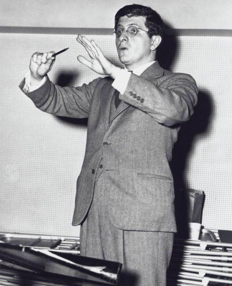 """COMPOSITEUR / Bernard HERRMANN, (29 juin 1911 New York, États-Unis – 24 décembre 1975 Los Angeles) compositeur et chef d'orchestre, doit sa réputation internationale aux musiques qu'il écrivit pour les films d'Alfred HITCHCOCK des années 1950. Il débuta à Hollywood en 1940 en composant la musique du célèbre film d' Orson WELLES """"Citizen Kane"""". Il fut redécouvert à la fin de sa vie par la génération du nouvel Hollywood pour laquelle il écrivit et dirigea ses dernières partitions (""""Taxi driver"""" de Martin SCORSESE). Il s'illustra aussi par ses compositions et directions pour la radio et la télévision. Il est considéré comme un des plus grands compositeurs de l'histoire du 7ème art. En 1939, WELLES convainc son ami de le suivre à Hollywood. """"Citizen Kane"""" (1941), fruit de leur première collaboration, a un retentissement majeur. À l'image du film, la musique, de par sa construction et la richesse des apports divers, marque un tournant dans l'histoire de la musique de film. HERRMANN signe la même année la musique très ambitieuse de """"Tous les biens de la Terre"""" (The Devil and Daniel Webster) de William DIETERLE pour laquelle il s'autorise de nombreuses expérimentations (peinture sur bande, overdubbing). Nommé aux Oscars cette année-là pour ces deux premiers coups d'essai, il remporte la statuette pour le second. """"La Splendeur des Amberson"""" (The Magnificent Ambersons) marque le terme de la collaboration avec WELLES, le compositeur ne lui pardonnant pas de s'être incliné devant le re-montage du film opéré par les studios. Refroidi par cette expérience, HERRMANN tardera de fait à embrasser pleinement la carrière qui s'ouvre à lui dans le cinéma. L'intransigeance, le caractère irascible d'HERRMANN qui n'hésite pas à sacrifier une amitié pour un bon mot assassin lui vaudront d'ailleurs de perdre progressivement un nombre important d'amis et de soutiens. Ce manque d'appui pénalisera clairement l'épanouissement de sa carrière de chef d'orchestre à laquelle il tient plus que tout """