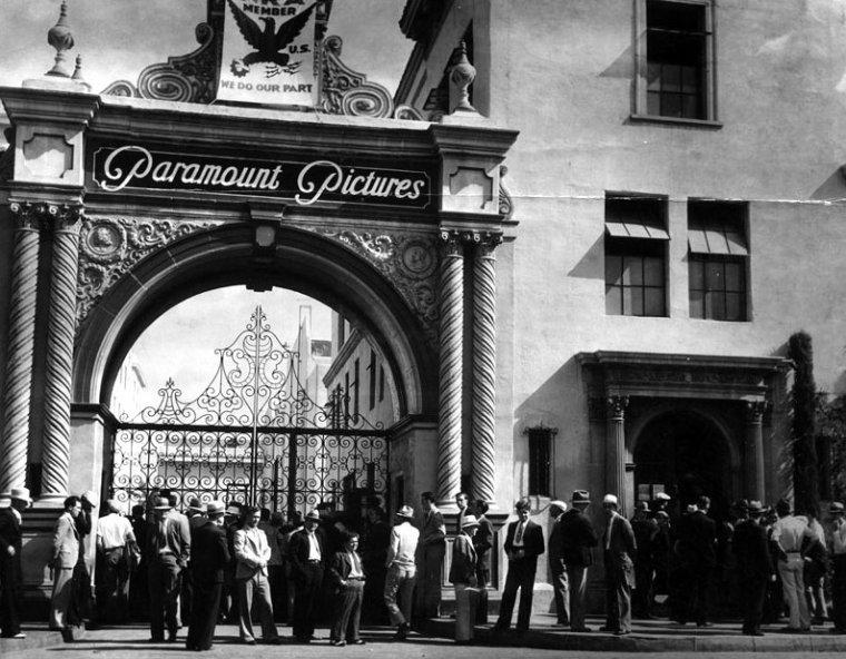 STUDIO / Paramount Pictures Corporation (aussi connu sous le nom de Paramount) est l'une des plus grandes sociétés de production cinématographique. Elle est issue de la fusion en 1916 de la Famous Players, créée en 1912 par Adolph ZUKOR, avec la Jesse L. Lasky Feature Play Company et qui absorbent la Paramount Pictures Corporation une petite compagnie fondée en 1914. C'est le plus ancien studio de cinéma américain encore en activité avec Universal Pictures. Filiale du conglomérat Viacom, son siège social se situe sur Melrose Avenue à Hollywood, en Californie. La Paramount Pictures voit le jour en 1912 avec la création du studio Famous Players in Famous Plays par Adolph ZUKOR. Cependant, c'est en 1916 que la Paramount est officiellement créée avec la fusion de la société de ZUKOR avec celle de Jesse L. LASKY, la Jesse L. Lasky Feature Play Company. En 1912, Adolph ZUKOR, un ancien fourreur d'origine hongroise qui s'est lancé dans le divertissement avec des Nickelodeons, se lance dans le cinéma. Alors associé avec Marcus LOEW, le futur fondateur de la Metro-Goldwyn-Mayer, ZUKOR songe à mettre sur pied des films plus longs que ceux réalisés à cette époque et qui sont arbitrairement limités à une ou deux bobines par la Motion Picture Patents Company, le consortium contrôlant l'industrie naissante du cinéma...
