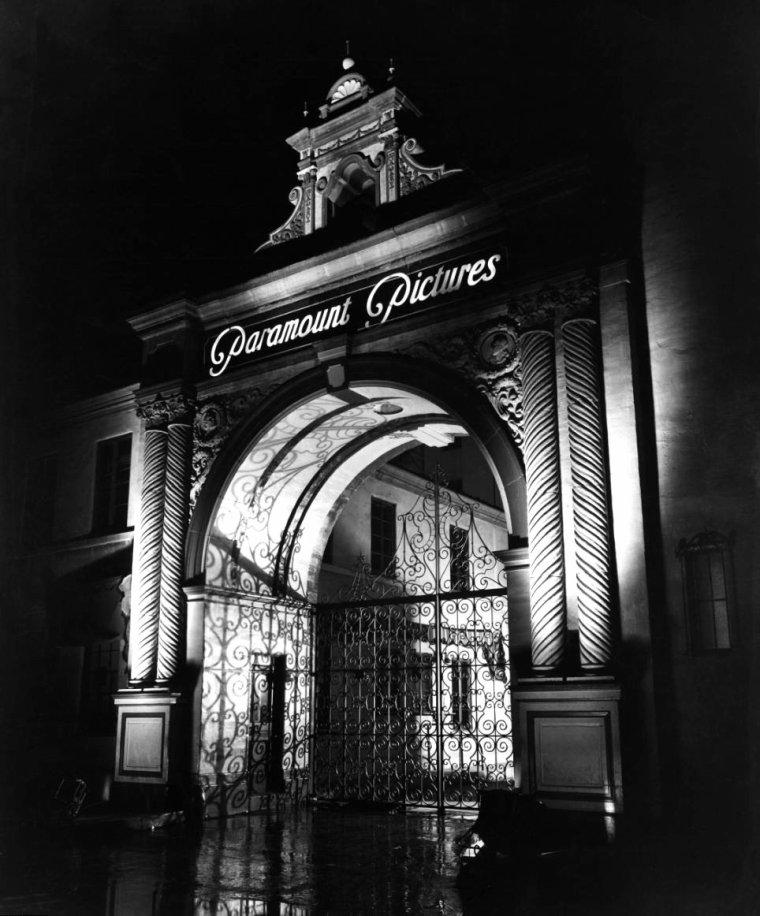 Adolph ZUKOR est un producteur de cinéma d'origine hongroise, né le 7 janvier 1873 et décédé le 10 juin 1976 à l'âge de 103 ans. Il fait partie de ces hommes qui ont contribué à la légende hollywoodienne. Il est l'un des co-fondateurs de la Paramount Pictures avec Jesse L. LASKY. Il se retire en 1959 nanti d'une présidence honoraire qu'il ne quittera qu'à sa mort. (photos Adolph ZUKOR en compagnie de Mäe WEST et Leo McCAREY / Cecil B DeMILLE / Jesse L LASKY, Samuel GOLDWYN, Albert KAUFMAN / Ethel MERMAN et Leon ERROL / Gary COOPER et Mary BRIAN).