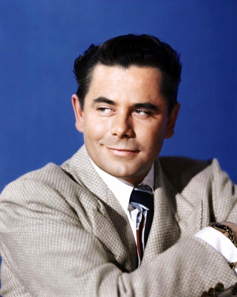 """Glenn FORD, de son vrai nom Gwyllyn Samuel NEWTON FORD, (né le 1er mai 1916 à Sainte-Christine-d'Auvergne, Portneuf, Québec, Canada et mort le 30 août 2006 à Beverly Hills en Californie, aux États-Unis), est un acteur américain d'origine anglo-québécoise. / Alors qu'il est âgé de huit ans, sa famille s'installe en Californie. La médecine l'attire, mais bientôt le théâtre va occuper tout son temps. Il participe à des tournées sur la côte ouest. C'est la Fox Film qui le fait débuter au cinéma en 1939, puis la Columbia Pictures. Dans l'emploi de jeune premier séduisant, il participe à des films de série B, des westerns et des films d'action. Sa carrière est interrompue par la Seconde Guerre mondiale. Engagé volontaire dans le corps des Marines en 1942, il sert dans le Pacifique mais aussi en France. Marié avec l'actrice Eleanor POWELL en 1943, il est démobilisé l'année suivante. Peu après son retour, il trouve en 1946 dans le rôle de Johnny FARRELL (Gilda), aux côtés de Rita HAYWORTH, l'occasion de se hisser au sommet du box-office. Il enchaîne alors les films, notamment des westerns, dont ceux de Delmer DAVES ou des thrillers, à l'image de Règlement de comptes de Fritz LANG. Dans les années 1970, il joue dans le feuilleton télé """"Sam CADE"""" qui le rend encore plus populaire auprès du public. Il interprète également le rôle de Jonathan KENT dans le film """"Superman"""" de Richard DONNER."""