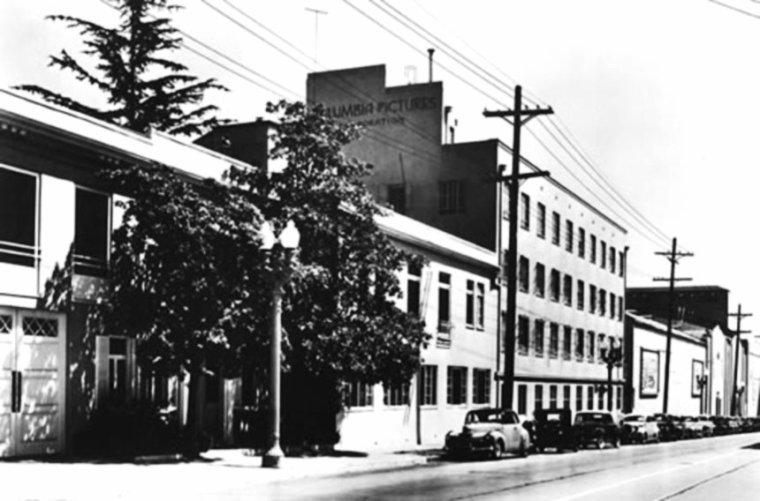 """STUDIO / Columbia Pictures est l'une des plus grandes sociétés de production cinématographique. Elle a été créée en 1919 par Jack COHN (1889-1956) et son frère Harry (1891-1958) sous le nom de CBC Film Corporation, avant de devenir dans les années 1980 une filiale de Coca-Cola puis de Sony. Son siège social se situe sur à Culver City, en Californie. Parmi les grands films du studio hollywoodien, on peut citer """"New York-Miami"""" (It Happened One Night, 1934) """"Gilda"""" (Gilda, 1946), """"Sur les quais"""" (On the Waterfront, 1954), """"Le pont de la rivière Kwai"""" (The bidge on the Kwai river 1957), """"Lawrence d'Arabie"""" (Lawrence of Arabia, 1962). Le logo de la compagnie représente une personnification des États-Unis, Columbia, portant une torche (évoquant ainsi la Statue de la Liberté). Une idée répandue prétendait que la statue de la Columbia était représentée à l'effigie de Deborah KERR. Bien qu'il y eût une certaine ressemblance avec la rousse actrice écossaise, il semblerait que ce soit la poétesse Jenny JOSEPH qui ait servi de modèle."""