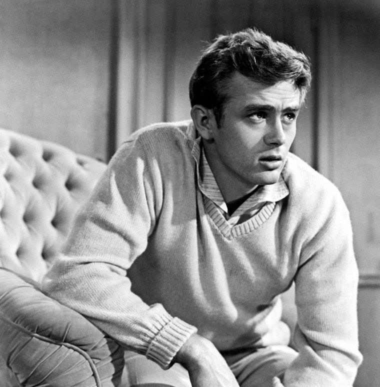 James BYRON DEAN, né le 8 février 1931 à Marion et mort le 30 septembre 1955 à Cholame en Californie, est un acteur américain. Comme Bruce LEE ou Marilyn MONROE, son décès tragique et prématuré, au faîte de sa gloire, a participé au mythe et à son inscription au panthéon du cinéma américain. Il est le symbole de la jeunesse en désarroi des années 1950 et années 1960. Il a reçu deux nominations à l'Oscar du meilleur acteur à titre posthume, ce qui constitue un record. / À l'origine, les acteurs prévus pour jouer Aron et Cal sont Marlon BRANDO et Montgomery CLIFT mais BRANDO n'est intéressé par aucun des deux rôles et CLIFT ne veut jouer que celui d'Aron. Elia KAZAN décide de faire appel à des inconnus : jusqu'aux essais, le réalisateur hésite entre James DEAN et Paul NEWMAN pour incarner le personnage de Cal. Elia KAZAN choisit DEAN au jeu plus entier et plus animal. (photos du film).