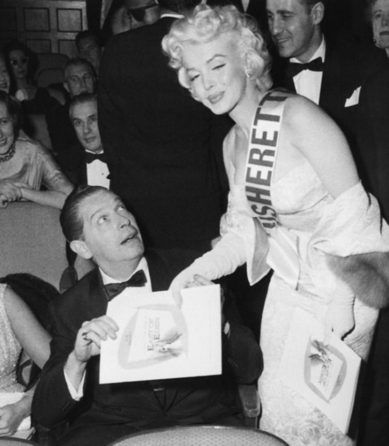 """9 Mars 1955 New-York, Première du film """"A l'est d'eden"""" où les STARS se pressent, telles Milton BERLE, Sammy DAVIS Jr, Richard DAVALOS ou encore Marilyn MONROE qui pour l'occasion jouera les ouvreuses..."""