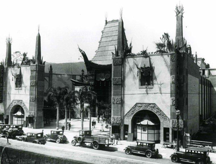 """Le Grauman's Chinese Theatre (Théâtre chinois de Grauman) est une salle de cinéma située au 6928 Hollywood Boulevard, à Los Angeles en Californie. Situé le long du Walk of Fame, il est classé monument historique-culturel de Los Angeles (Los Angeles Historic-Cultural Monument) le 5 juin 1968 par le conseil municipal de Los Angeles. La construction du Grauman's Chinese Theatre a débuté en janvier 1926, sous l'impulsion d'un groupe d'investisseurs mené par Sid GRAUMAN. Celui-ci est à l'époque le propriétaire du Grauman's Egyptian Theatre, situé à proximité, et ouvert en 1922. Après dix-huit mois de travaux, le Grauman's Chinese Theatre ouvre ses portes le 18 mai 1927 et accueille la première du film """"Le Roi des rois"""", du réalisateur américain Cecil B. DeMILLE. Depuis, des centaines d'avant-premières et de soirées d'anniversaires y ont été organisées, ainsi que trois cérémonies des Oscars, de 1944 à 1946. En 1973, la salle est rachetée par Ted MANN, du groupe Mann Theatres, qui la rebaptise Man's Chinese Theater. En 1979, il fait construire deux nouvelles salles, d'une capacité moindre. En 2001, le théâtre chinois est intégré au centre commercial Hollywood and Highland Center. Les deux salles additionnelles sont détruites et remplacées par le Kodak Theater, qui accueille la cérémonie des Oscars depuis 2002. La salle, qui compte parmi les plus célèbres du monde, présente en avant-premières la plupart des grandes productions hollywoodiennes, dans des conditions de projection parfaites. Ses horaires d'ouverture vont de midi à minuit. À l'extérieur, devant ce bâtiment, les plus grandes stars du cinéma immortalisent leur passage en laissant leurs empreintes de pieds et de mains dans le ciment. À remarquer, celles de R2-D2 de """"Star Wars"""", de Donald DUCK, d'Humphrey BOGART, de Shirley TEMPLE et les minuscules talons de Marilyn MONROE. À l'origine, une vedette de cinéma, Norma TALMADGE, en visite sur le chantier posa, par accident, son pied dans le ciment encore frais. Il n'en """