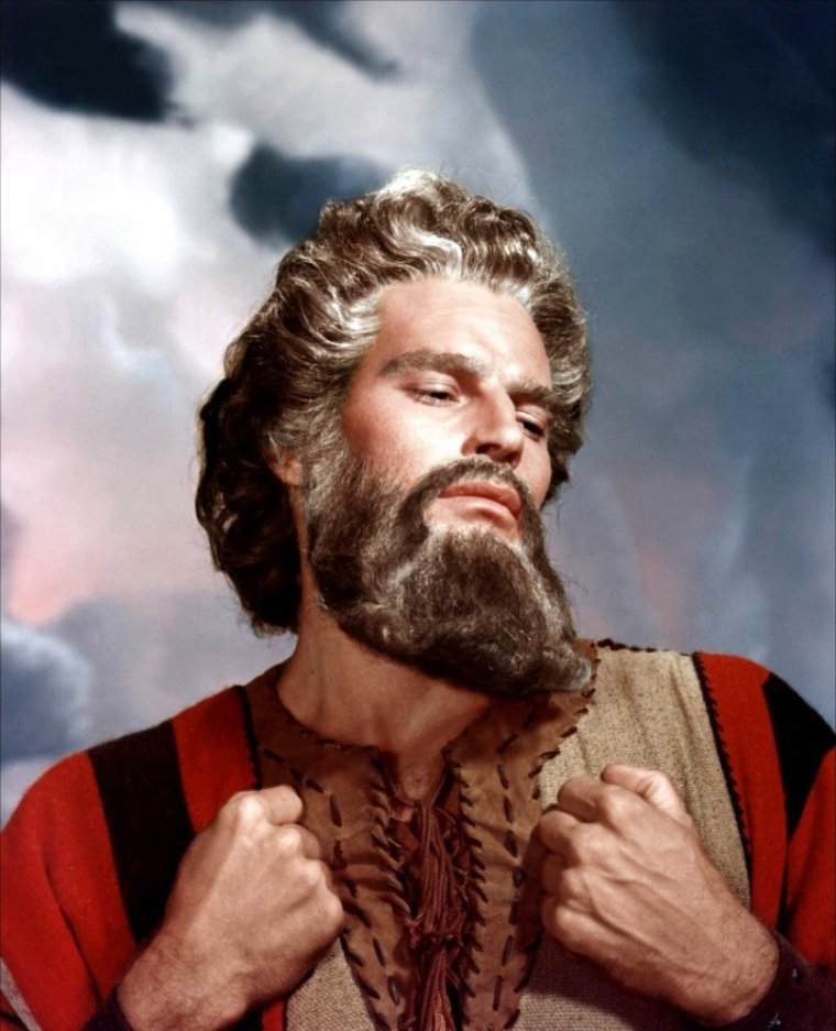 """Moïse / John Charles CARTER, dit Charlton HESTON, est un acteur, réalisateur et scénariste américain né le 4 octobre 1923 à Evanston, dans l'Illinois, et mort le 5 avril 2008 à Beverly Hills. Devenu une légende du cinéma suite à sa prestation dans """"Ben Hur"""", pour laquelle il obtint l'Oscar du meilleur acteur, il est l'un des symboles du cinéma américain des années 1960. Il a associé son nom aux plus grandes superproductions de Hollywood telles que """"Les Dix Commandements"""", """"Le Cid"""" ou """"Les 55 jours de Pékin"""", avant de s'illustrer dans des films d'anticipations dont les plus connus sont """"La Planète des singes"""", """"Le Survivant"""" et """"Soleil Vert"""". Il a également été l'un des pionniers du film catastrophe avec """"747 en péril"""" et """"Tremblement de terre"""". De par son impressionnante carrure et son visage dur, Charlton HESTON fut l'interprète idéal tout au long de sa vie de personnages virils et, la plupart du temps, honnêtes et bons. Il s'engage politiquement contre le racisme, et devient l'une des figures hollywoodienne du Mouvement des droits civiques dans les années 1960 ; il s'engage par la suite comme républicain et milite au sein de la NRA pour la défense des armes à feu à la fin de sa vie. Atteint de la maladie d'Alzheimer dès 2002, il décida de mettre fin à toute activité cinématographique et politique. Le président américain George W. BUSH lui décerna la Médaille présidentielle de la liberté, une haute distinction civile américaine, quelques années avant sa mort, le 5 avril 2008."""