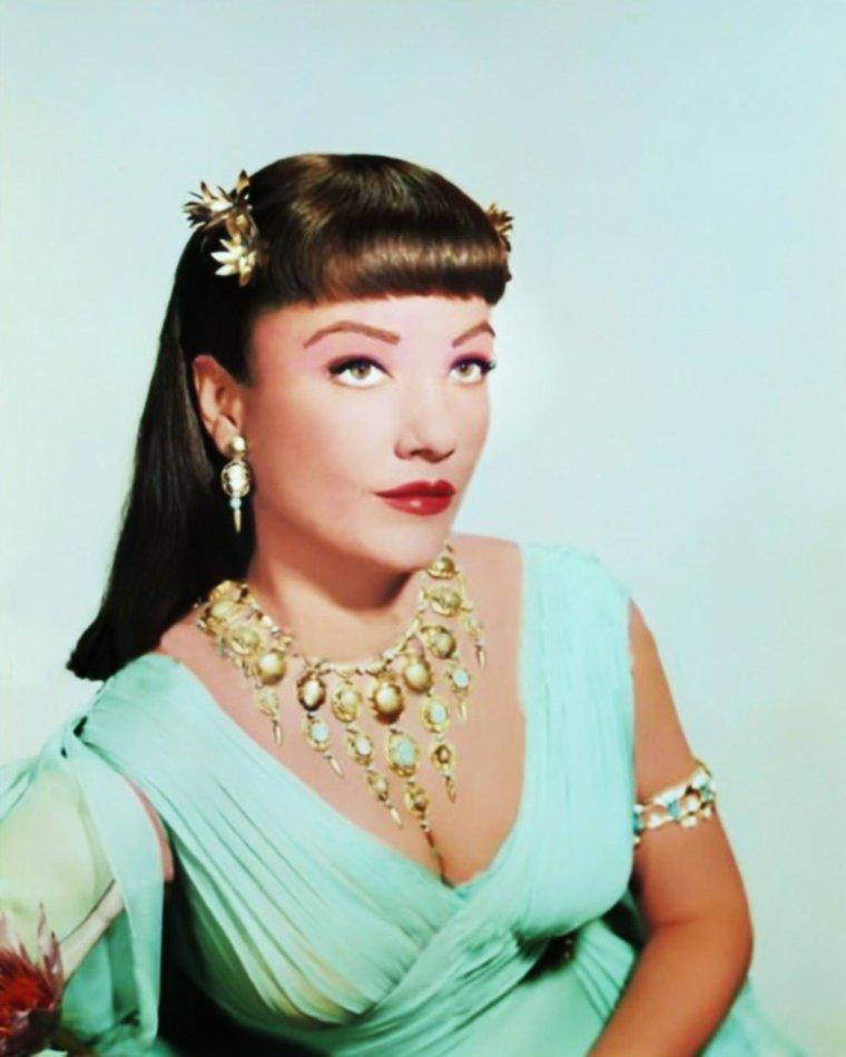 """Néfertari / Anne BAXTER / C'est une star populaire et distinguée que Cecil B. DeMILLE recrute pour son pharaonique """"Les Dix Commandements"""". Malgré la présence de Yvonne De CARLO et Debra PAGET, Anne tient le principal rôle féminin de la fresque, en épouse de Ramsès / Yul BRYNNER amoureuse de Moïse / Charlton HESTON."""